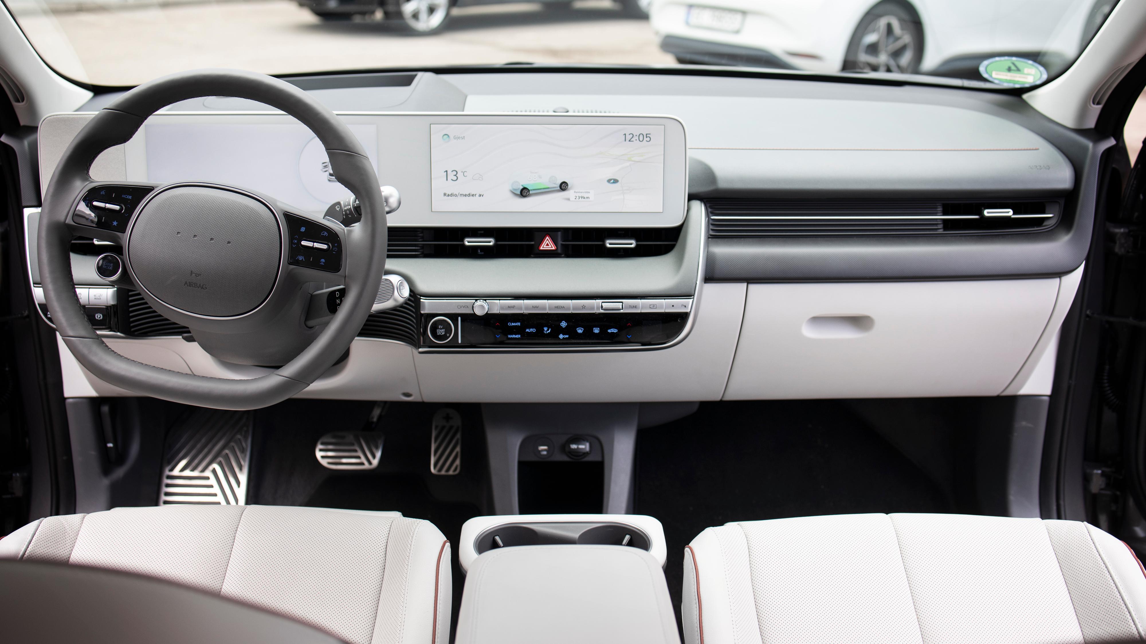 Lyst interiør i bilen vi kjørte. Legg merke til det grønngrå skinnmaterialet i front, som er litt spesielt.