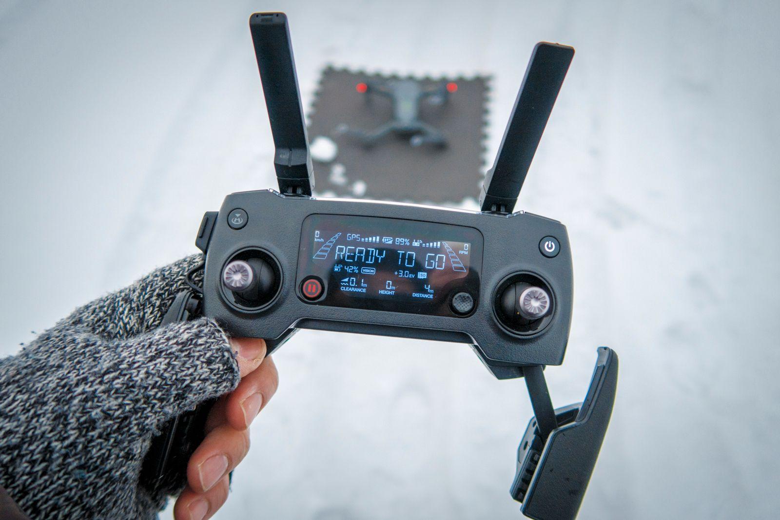 Det går fint an å fly dronen uten mobiltelefon/nettbrett, men det er vanskelig å filme på den måten.