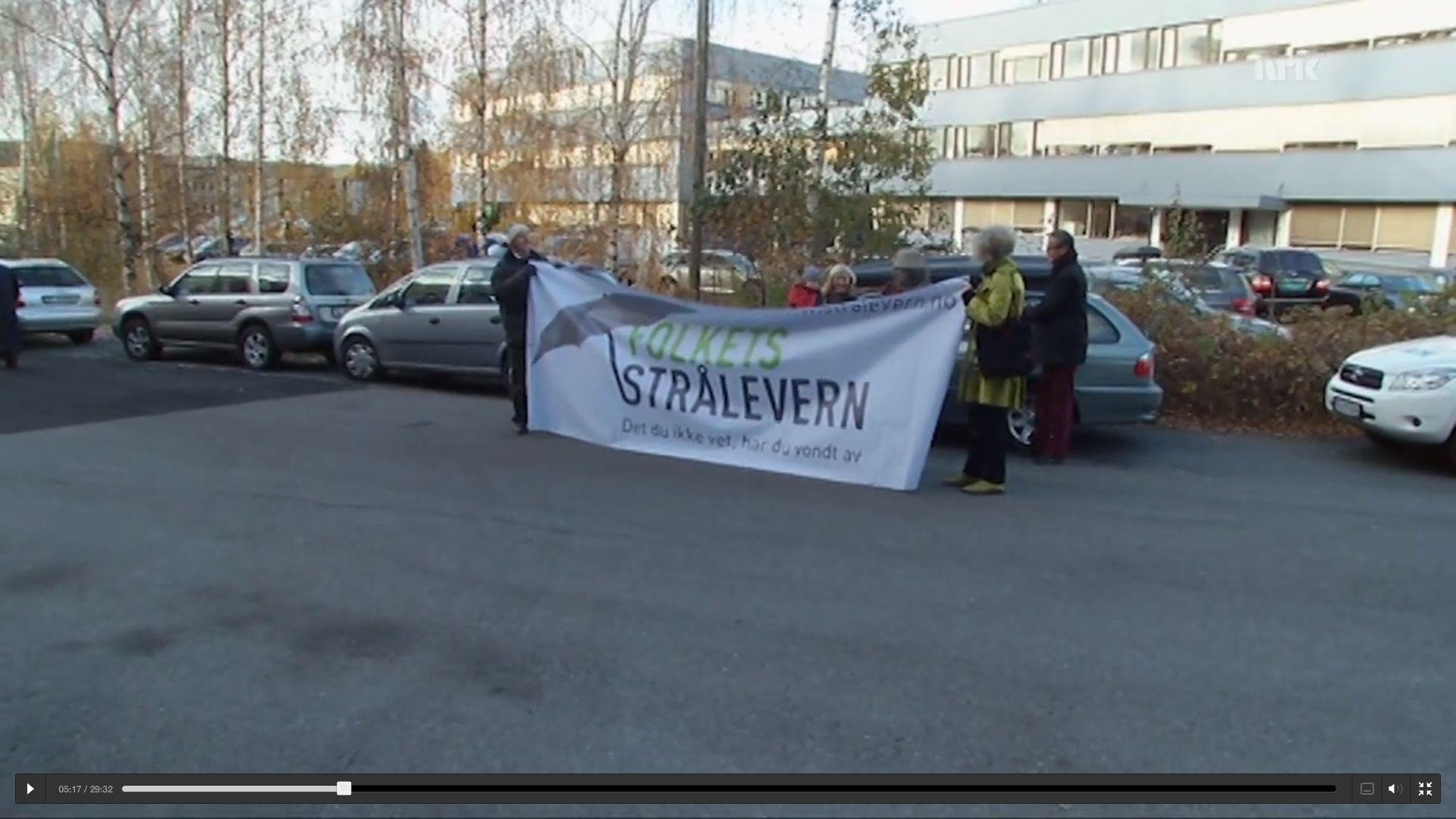 Folkets Strålevern under en demonstrasjon utenfor Statens strålevern. De mener at Statens strålevern er kjøpt og betalt av storkapitalen.