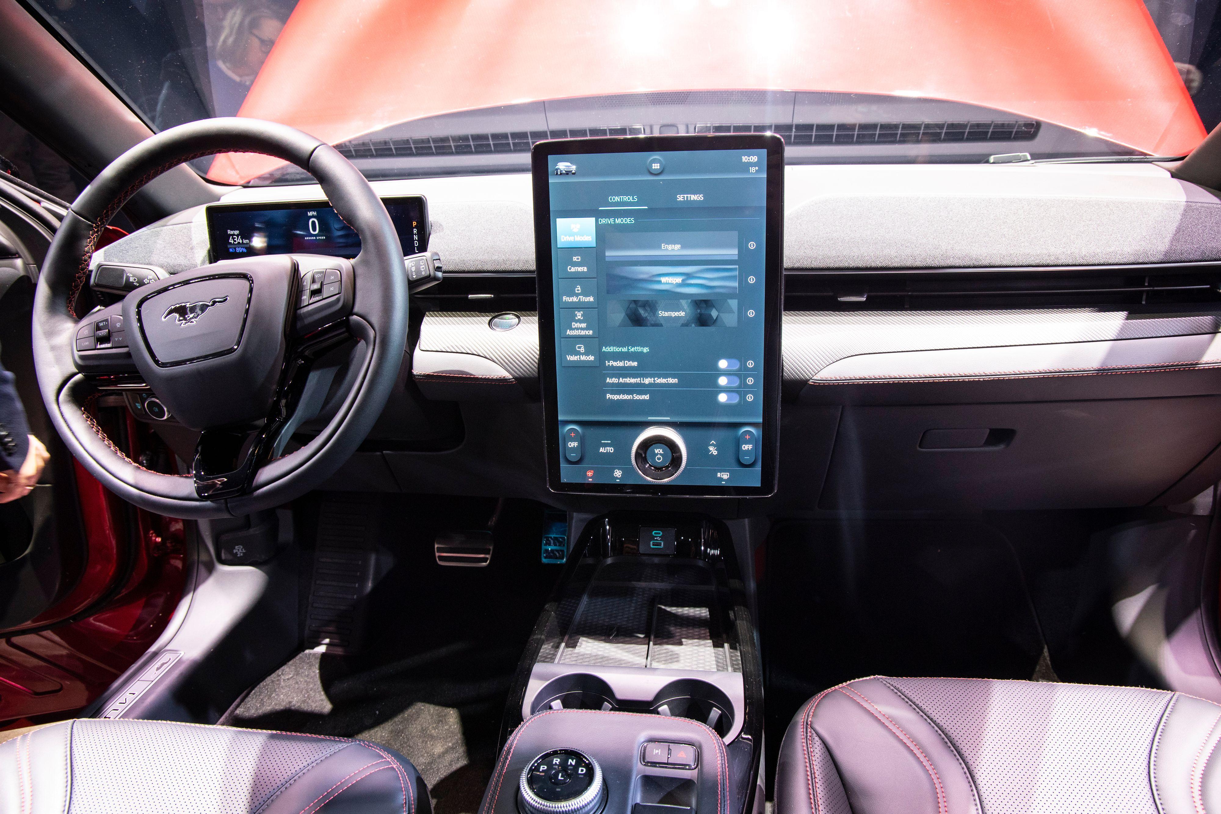 Førermiljøet preges av den store skjermen i midten, men Ford har også fått plass til et digitalt instrumentpanel.
