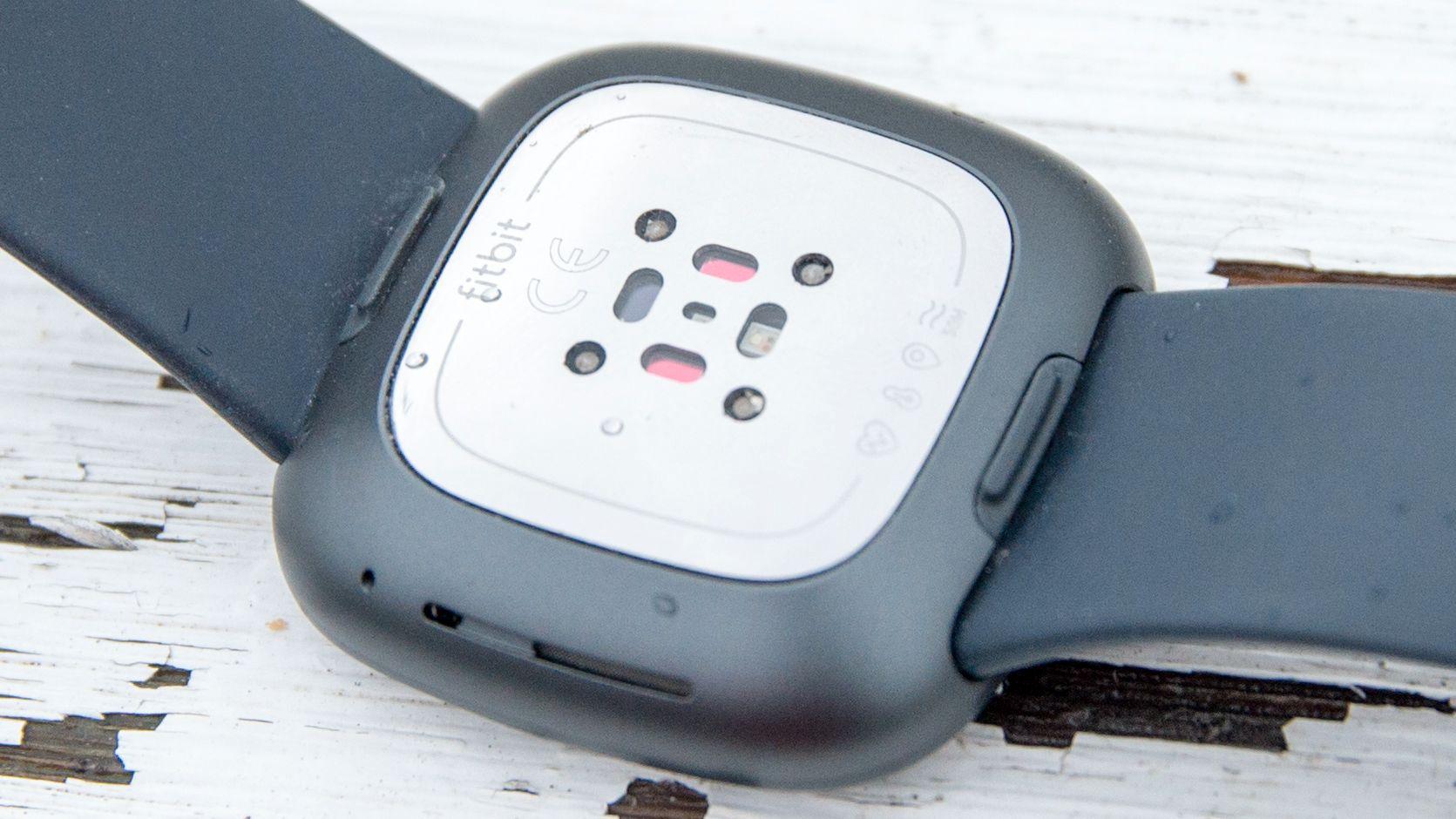 Undersiden har fått mange sensorer, blant annet til å måle oksygenmetningen i blodet ditt.