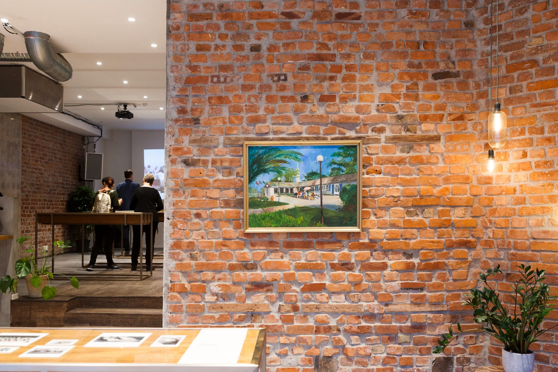 For å markere det gjensidige forholdet og kulturutvekslingen mellom Norge og De forente arabiske emirater, arrangerer ambassaden og Avdelingen for offentlig og kulturell diplomati (OPCD) nå en utstilling på MESH i Oslo.  Bildet på veggen bak ble gitt til Sjømannskirken i Dubai av en lokal emiratisk kunstner i 1993.