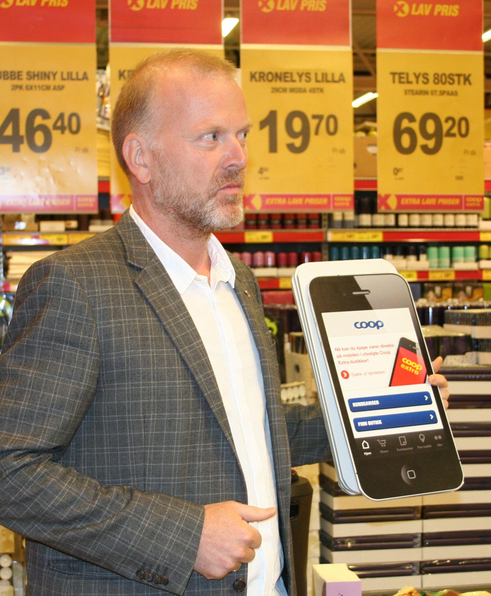 John Moltubakk i Coop demonstrerte hvordan en selvbetjent matbutikk fungerer nå til dags.