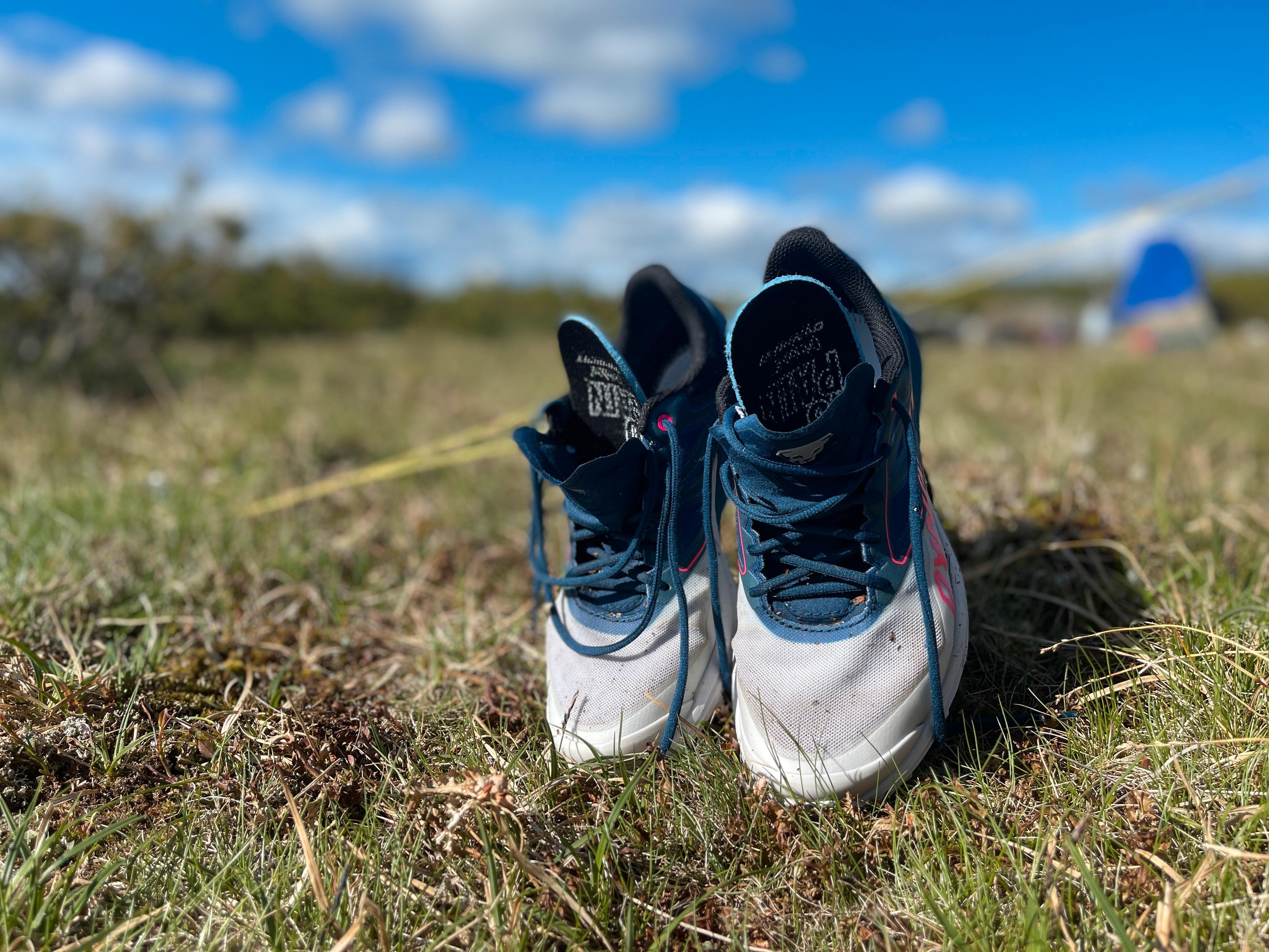 FORT SKITNE: Etter en langtur på 33 km så skoene slik ut. Her har de vært brukt i alle de tre terrengtypene: grus, sti og myr. De satt derimot som et skudd på foten og ga utrolig nok ikke et eneste gnagsår under hele turen.