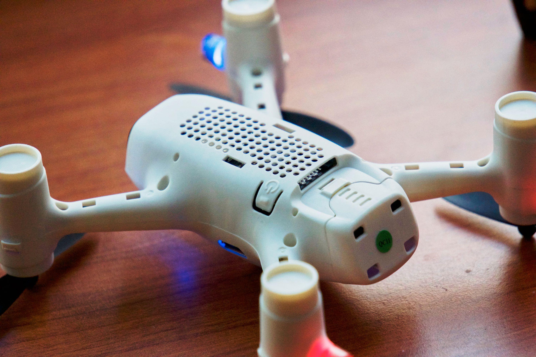 På undersiden sitter det en liten av/på-knapp. Holder du denne inne i et par sekunder, så skrus dronen på.