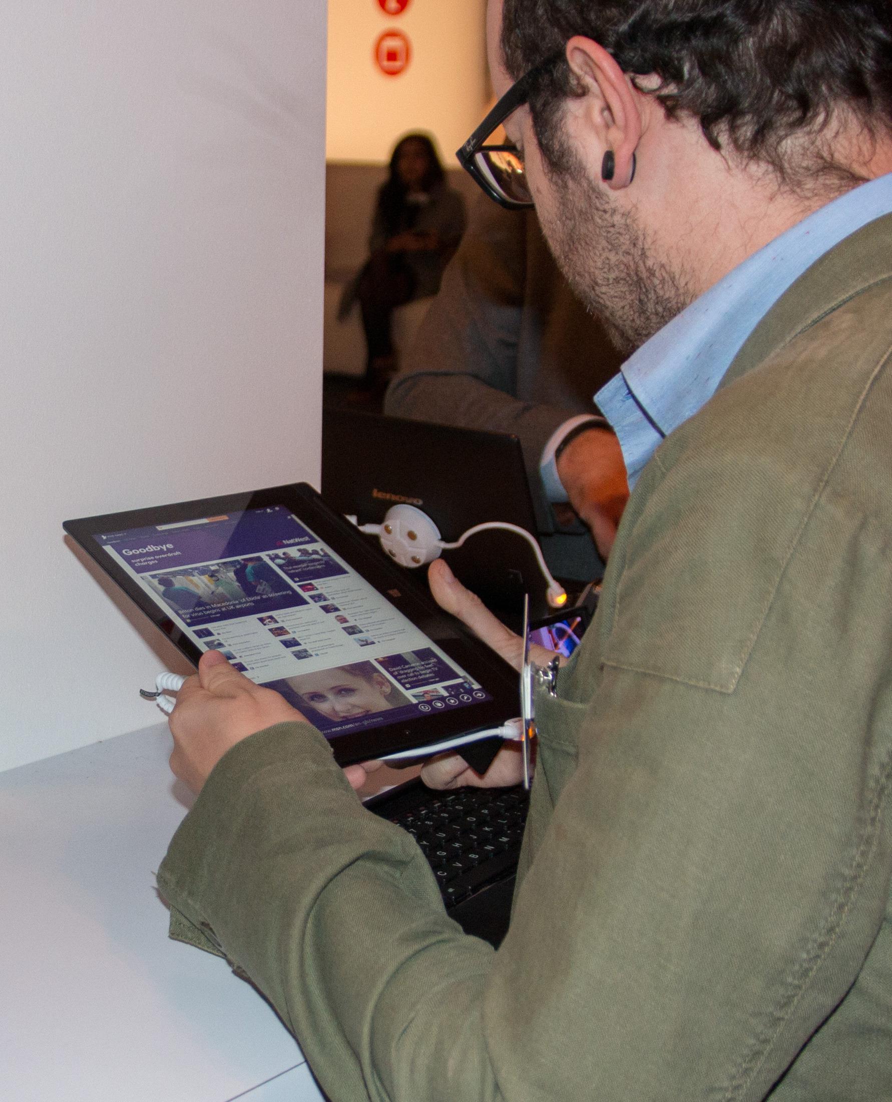 Tablet 2 på 10 tommer er overraskende behagelig å holde, mye takket være batterigrepet.