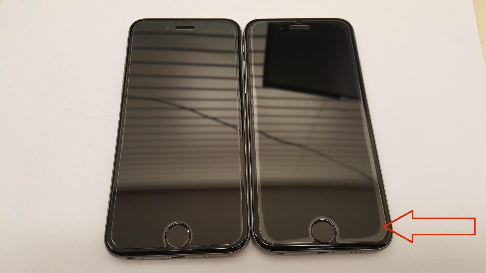 """Her vises et eksempel på problemer med skjevhet i ramme på iPhone 6. Telefonen til høyre har skjev ramme – det kan man enkelt se fordi glassbeskytteren som er lagt utenpå ikke vil feste seg i sidene. Den til venstre er behandlet pent, men begge har fått ny skjerm av Snapfix. De anbefaler deksler til alle kunder hvor de ser slike skjevheter, fordi et hardt deksel vil hindre at rammen bøyes ytterligere. I verste fall vil en skjev ramme dytte skjermen ut, noe som skaper spenning i kablene. Da vil den etterhvert slutte å fungere. Fenomenet fikk navnet """"Bendgate""""…."""