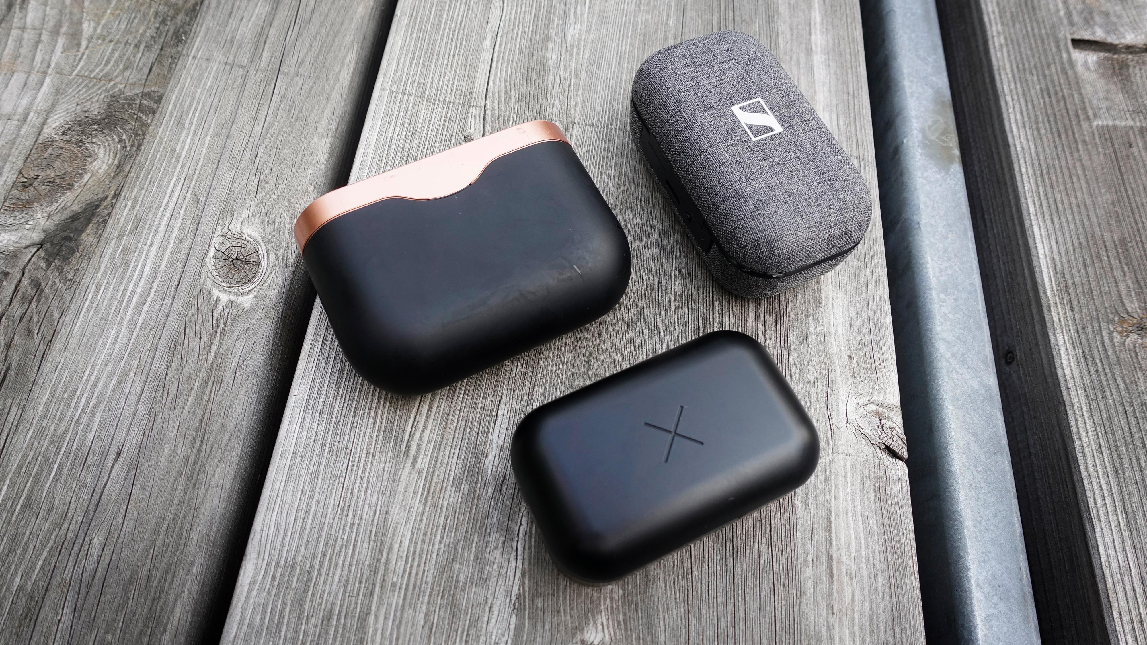 Xellence-etuiet (nederst) sammen med Sony WF-1000XM3 (venstre) og Sennheiser Momentum TW 2.