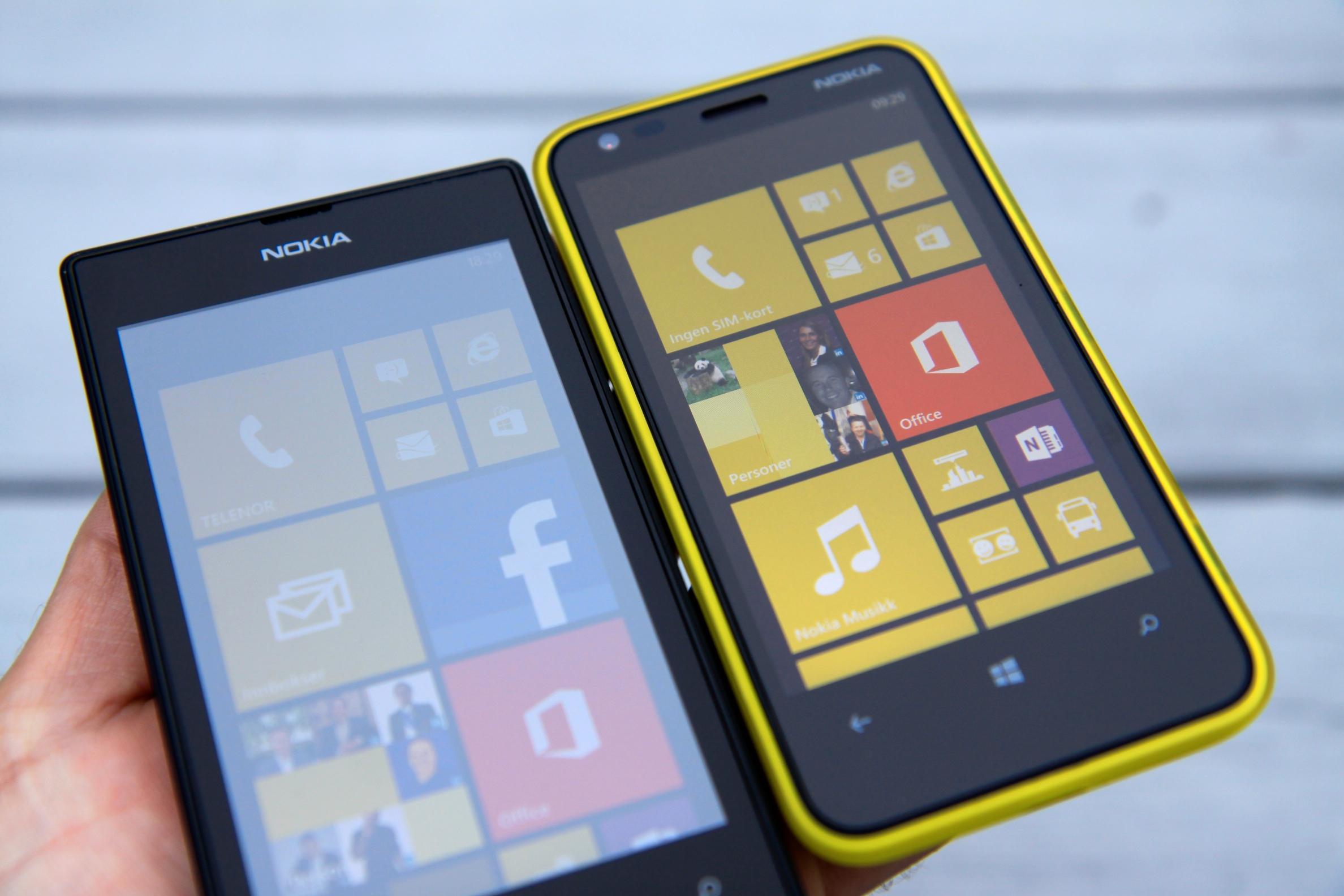 Ser du skjermen litt fra siden i utendørsbelysning, blir den helt blass. Nokia Lumia 520 til venstre. Lumia 620 til høyre har mye bedre innsynsvinkel.Foto: Kurt Lekanger, Amobil.no