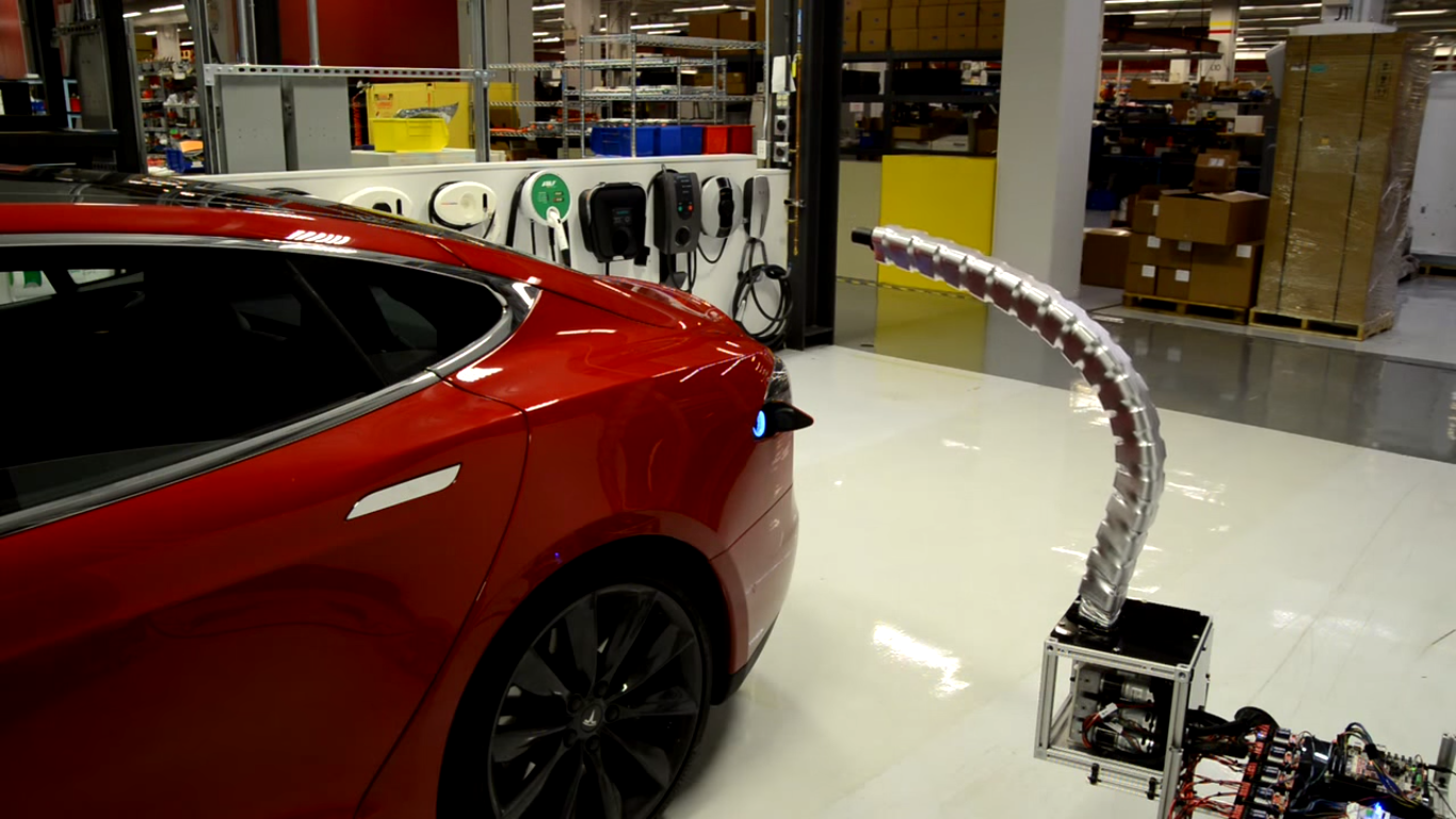 Denne «robot-slangen» lader elbilen helt på egen hånd