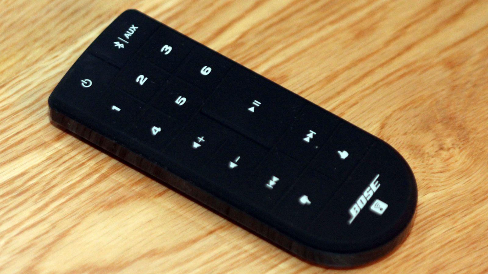 Fjernkontrollen lar deg skru på høyttaleren og velge mellom fem favorittkanaler/spillelister. Foto: Espen Irwing Swang, Tek.no