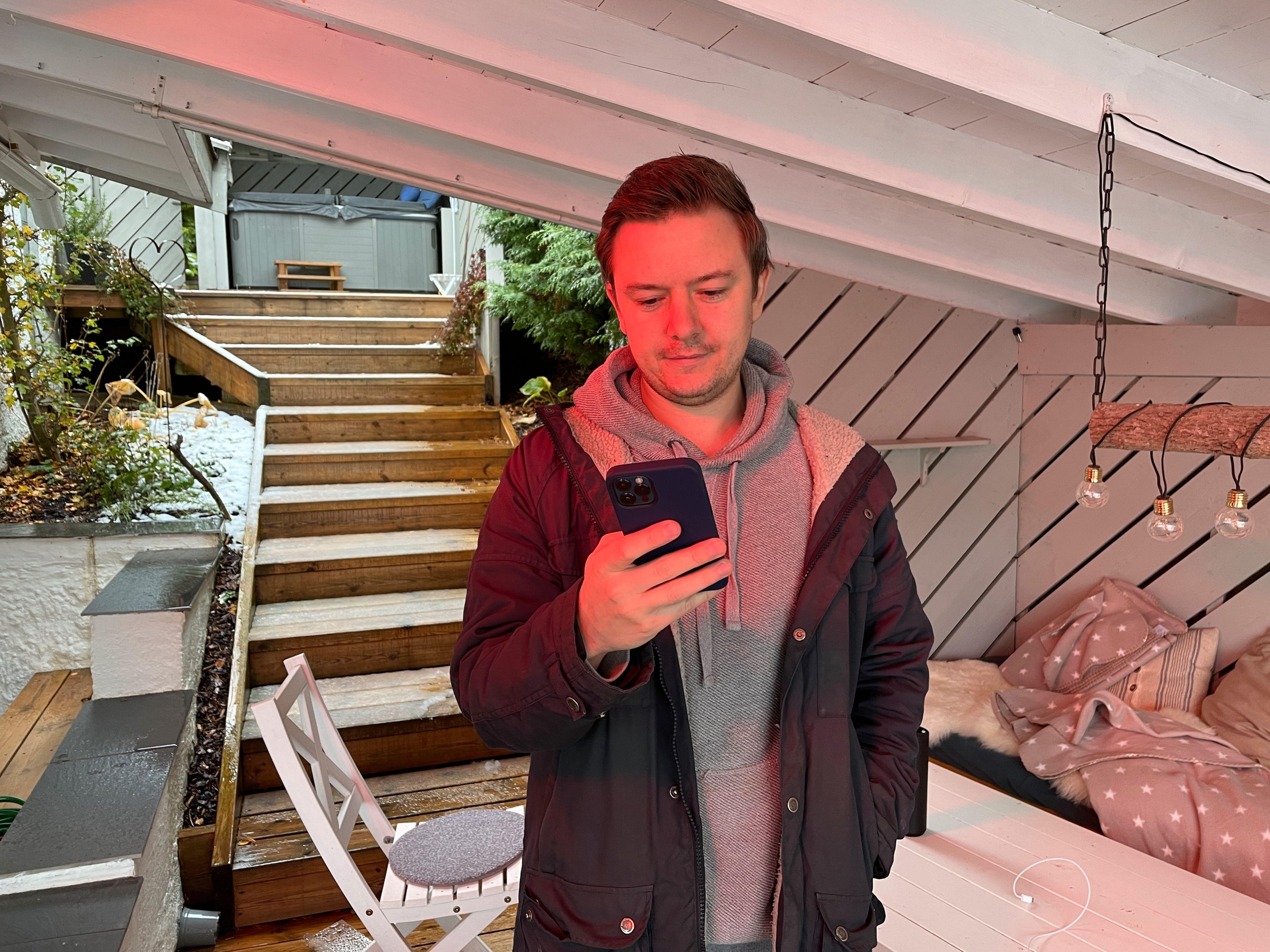 Niklas Plikk i lyset fra en varmelampe. Jeg har sett mobiler bli svært forvirret av infravarmere, men iPhone klarer seg greit.