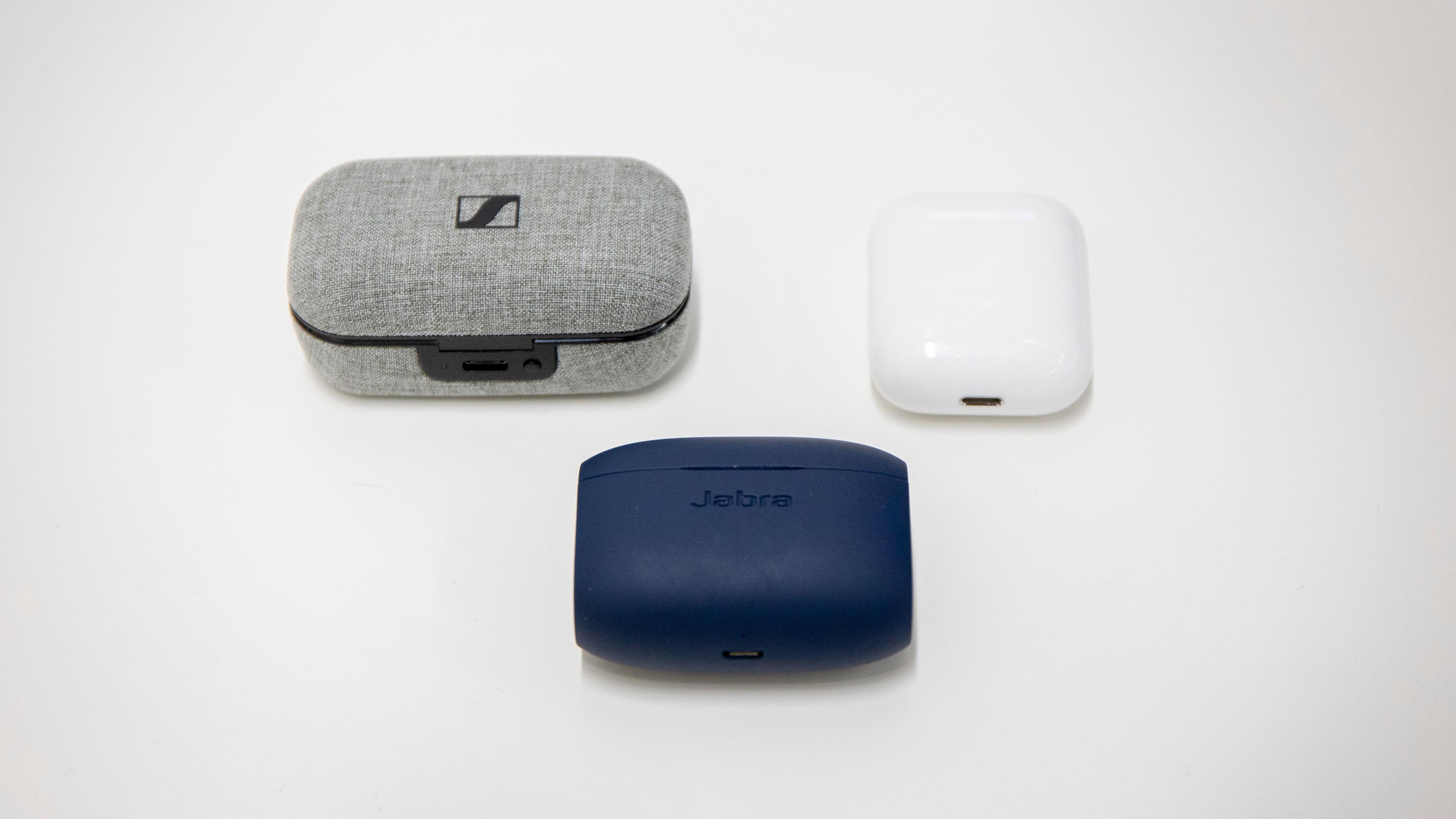 Sennheiser-etuiet er hakket større enn flere av konkurrentene, her Jabra (blått) og Apple.