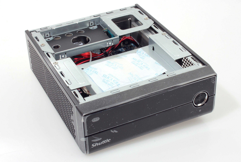Under topplaten sitter brakettene for 2,5-tommersdisker eller optisk drev. Foto: Vegar Jansen, Tek.no