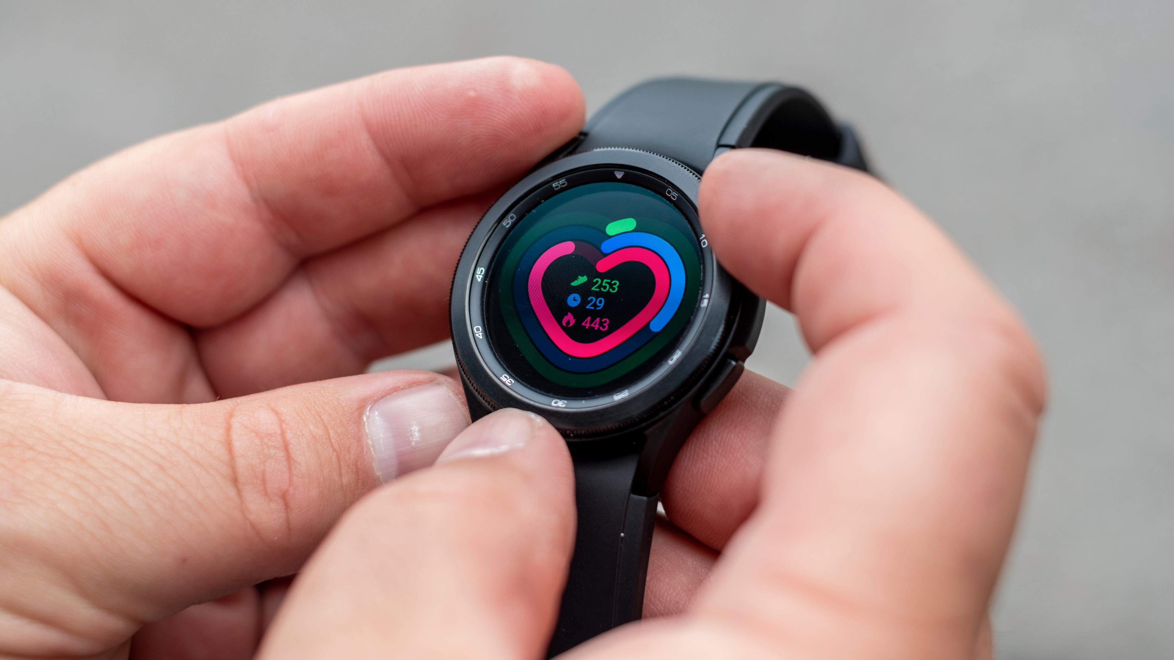 Watch 4 Classic har en ring rundt urskiven som brukes til å enkelt navigere menyene. På den vanlige Watch 4-modellen må du bruke sveip og berøring - men der får du til gjengjeld større skjerm uten at klokken blir så stor.