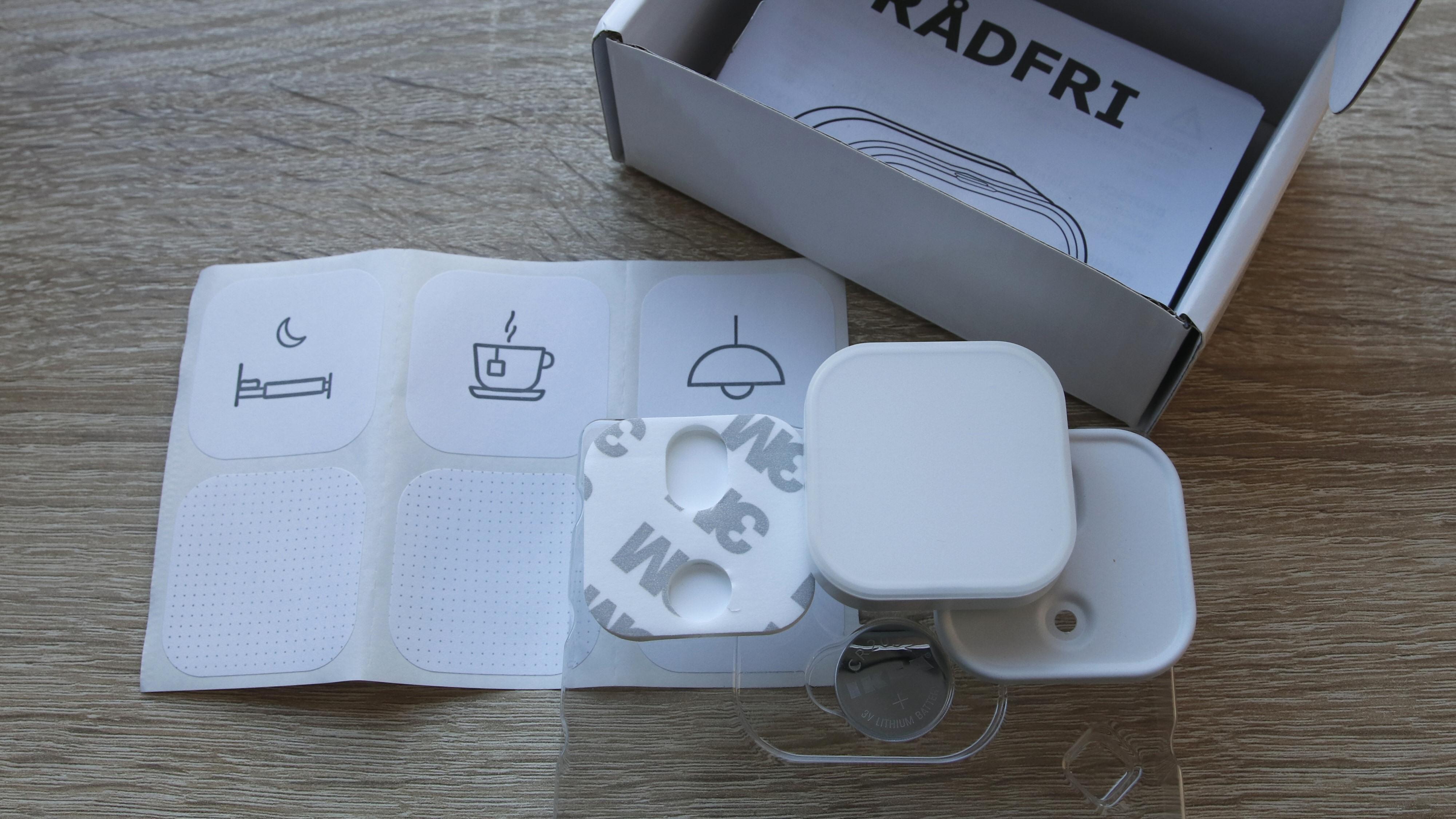 Full pakke: Knapp, batteri, festeplate, teip, klistremerker og enkel dokumentasjon. Eventuelle skruer må du stå for selv.