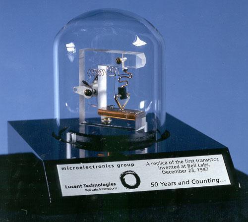 En fullskala replika av verdens første transistor.Foto: nara.gov