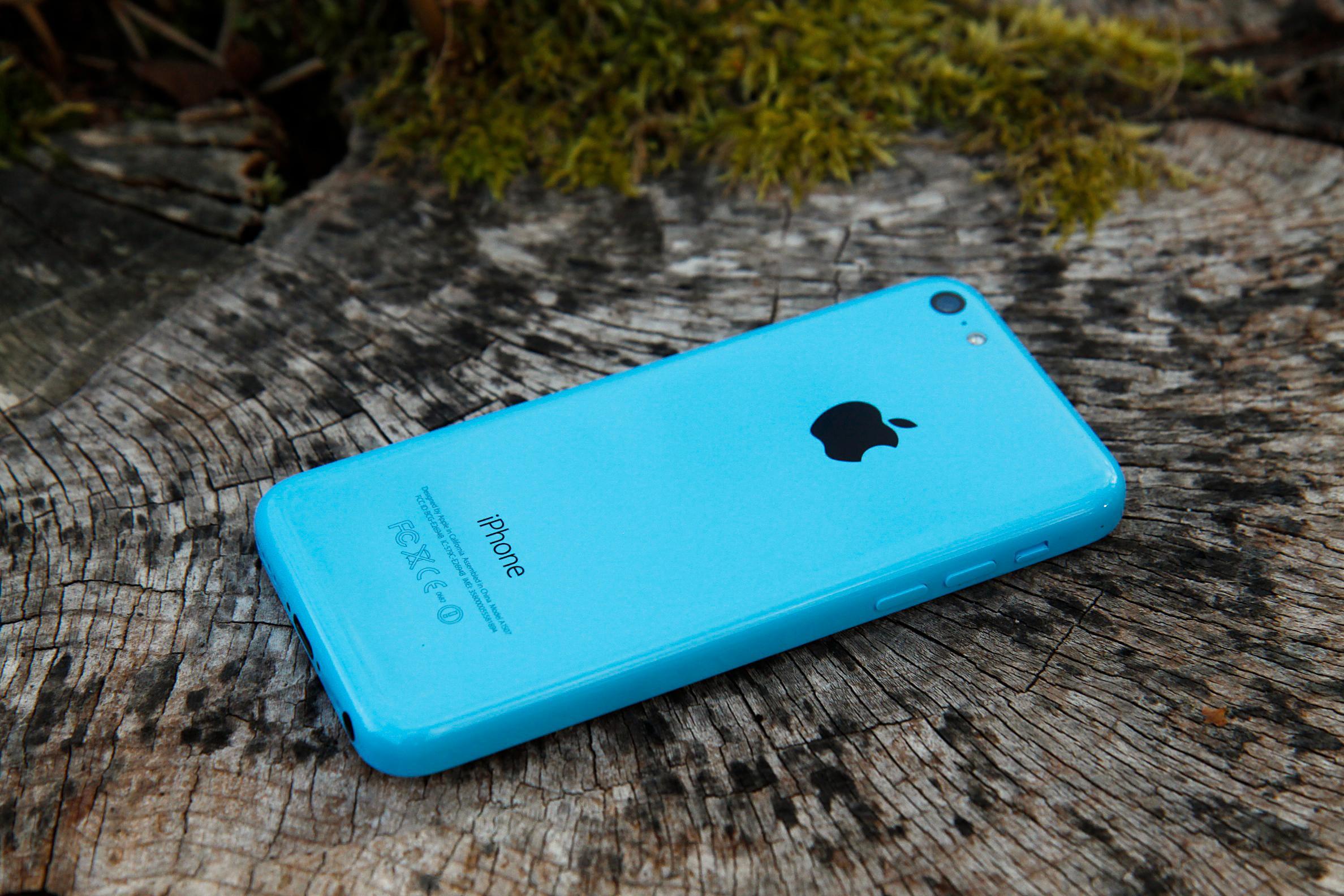 Designen fra iPhone 5C skal bli borte når neste generasjon lanseres, hevdes det av bransjefolk med nær kjennskap til Apple.Foto: Kurt Lekanger, Amobil.no
