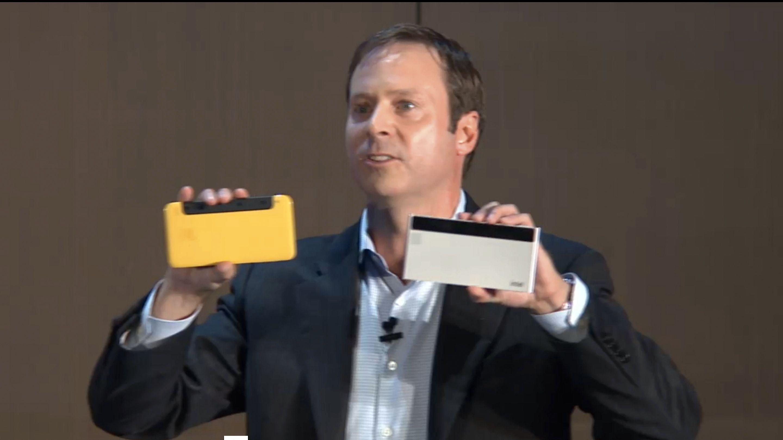 Intels Kirk Skaugen viser frem protyper på mobiltelefoner med integrert RealSense-teknologi under sin åpningstale på Computex. Foto: Intel/videofeed