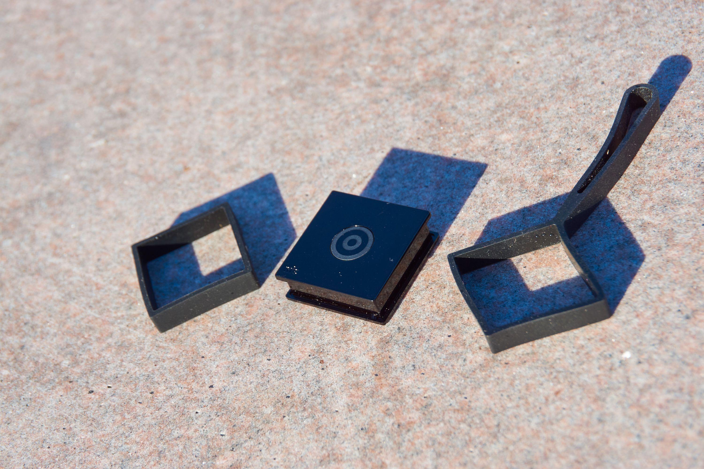 Nokia Treasure Tag leveres med to gummideksler.