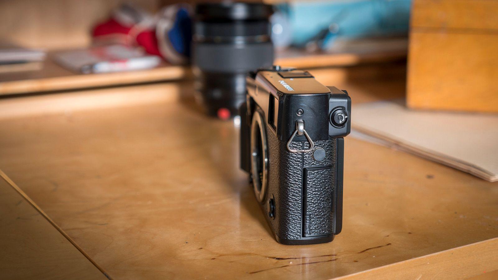 Siden X-Pro2 ikke er utstyrt med noe særlig til kameragrep, er designet mye smalere enn de fleste andre APS-C-kameraene på markedet. Heldigvis finnes det et bedre kameragrep som ekstrautstyr.