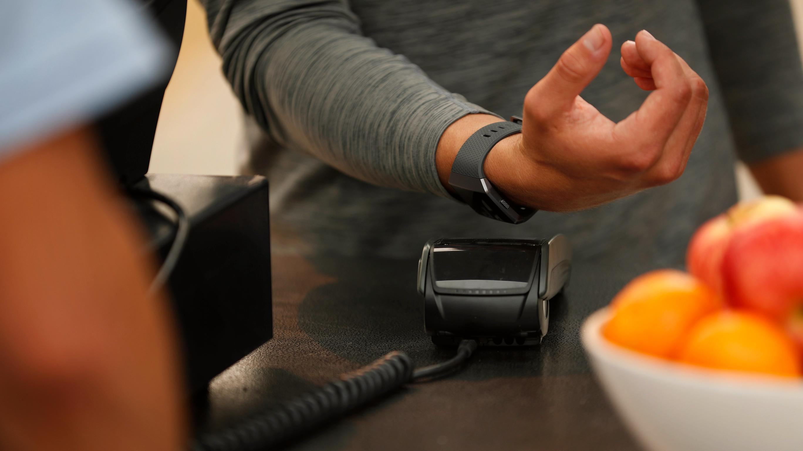 Nå er Fitbit Pay tilgjengelig i Norge