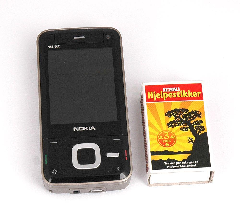 Nokia N81 er en forholdsvis stor skyvetelefon.