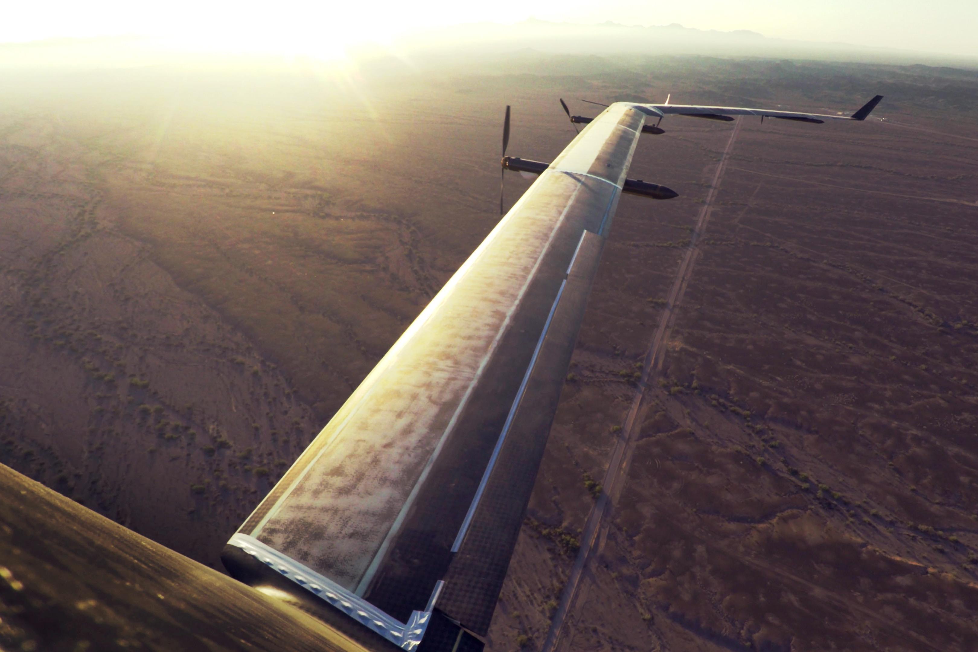 Dronen har et vingespenn på 30 meter og bruker lasere til å sende Internett-signaler til bakken.