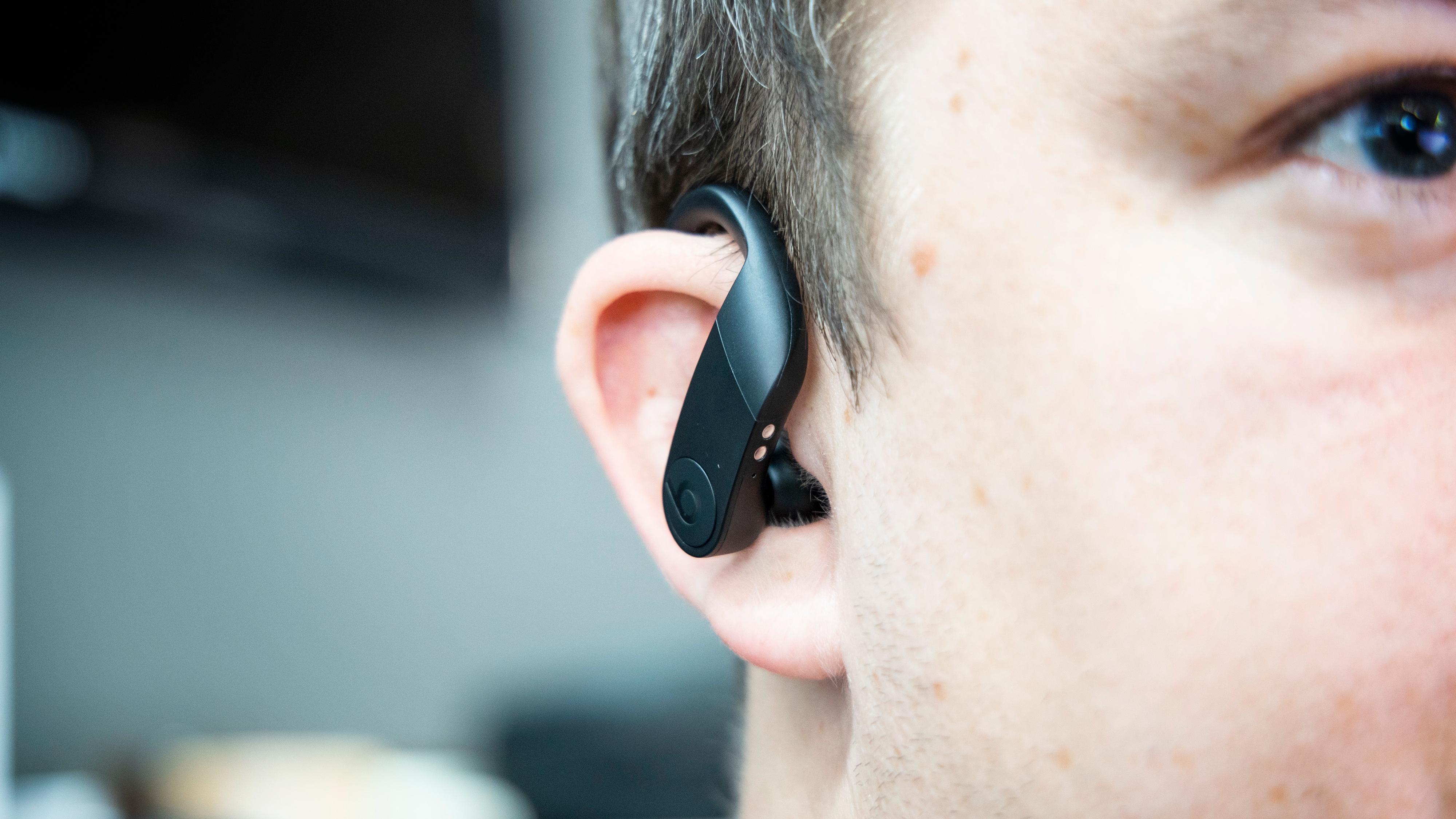 Med tanke på hvor massiv ørebøyla fremstår, er det nærmest overraskende at pluggene er såpass «kompakte» på øret.