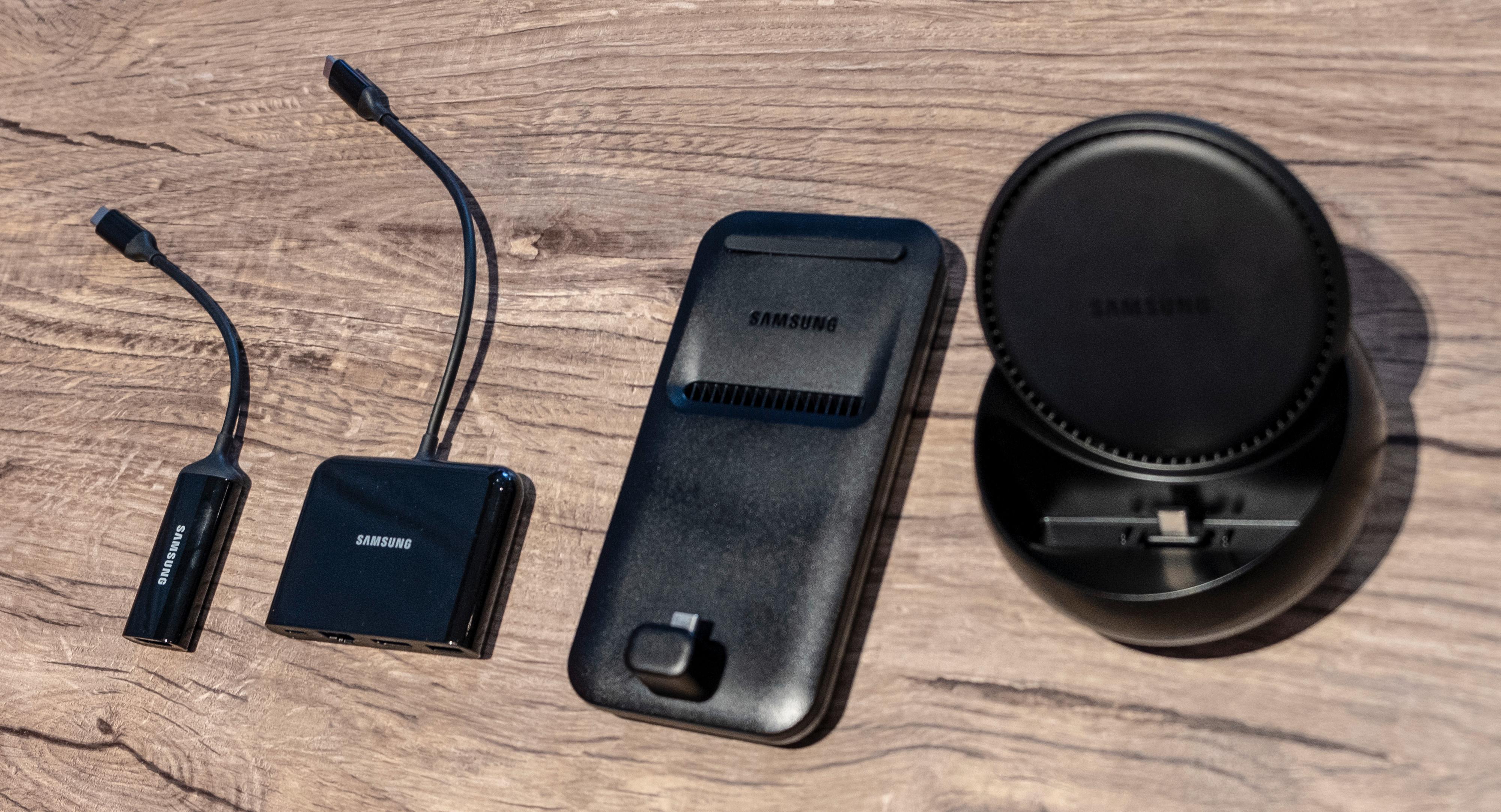 DeX-krybber og kabler i ulike varianter. En ren kabel med HDMI-utgang er den enkleste, mens en variant av samme kabel gir deg USB og nettilkobling i same slengen. DeX-krybbene er som før, og gir deg litt høyere oppløsning enn kablene kan gi.