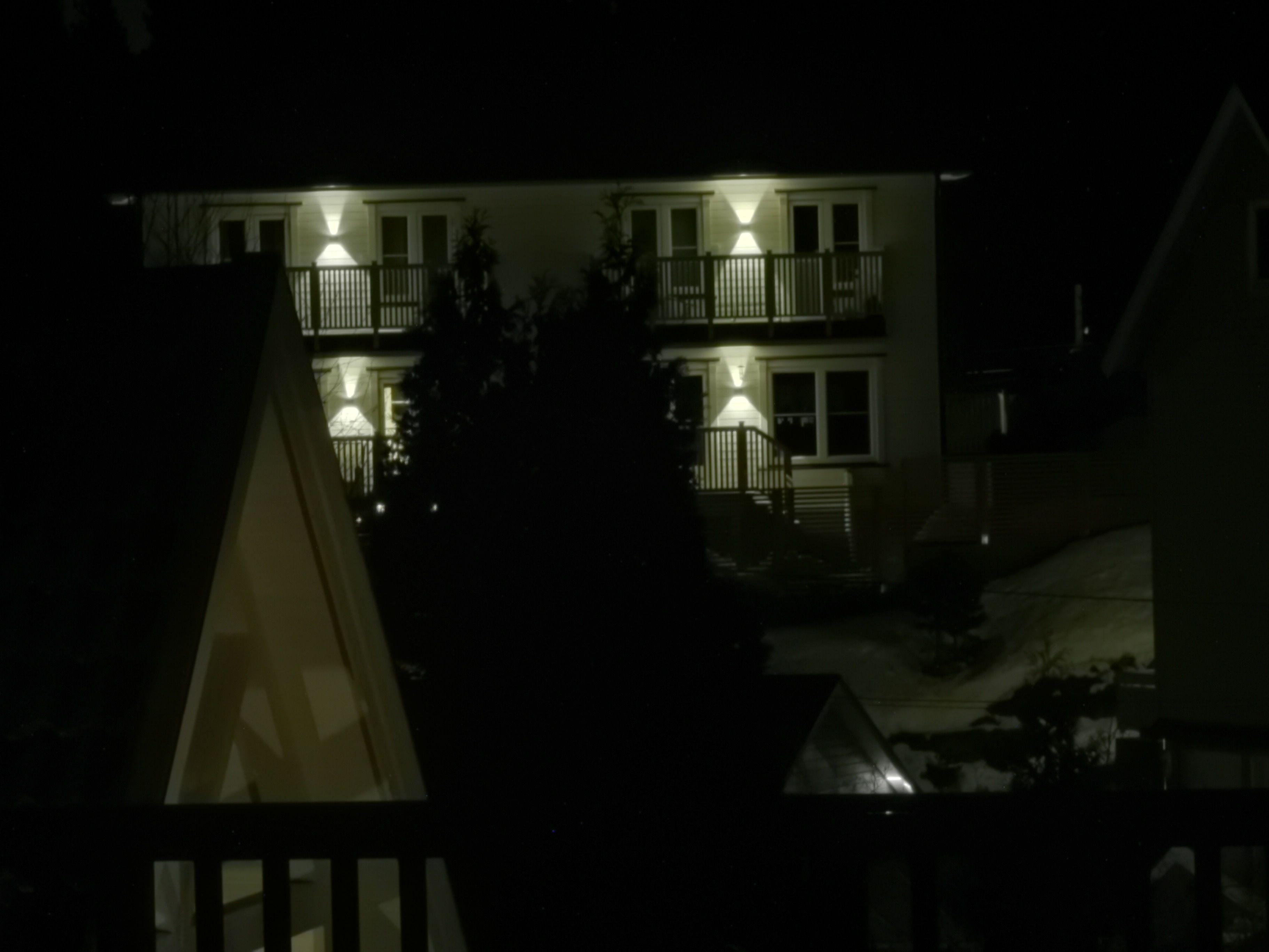Det betyr at hvis du har et stativ eller stødige hender kan du zoome mye også i mørket. Dette er fra stativ.