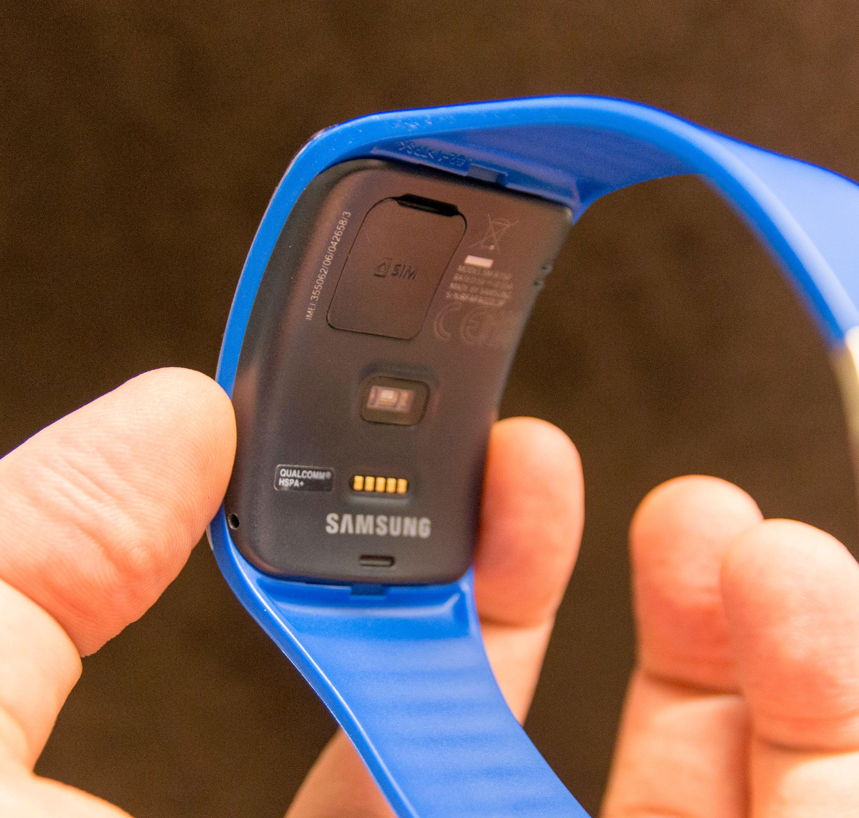 På undersiden av klokka har den pulsmåler og luke for SIM-kort.Foto: Finn Jarle Kvalheim, Tek.no