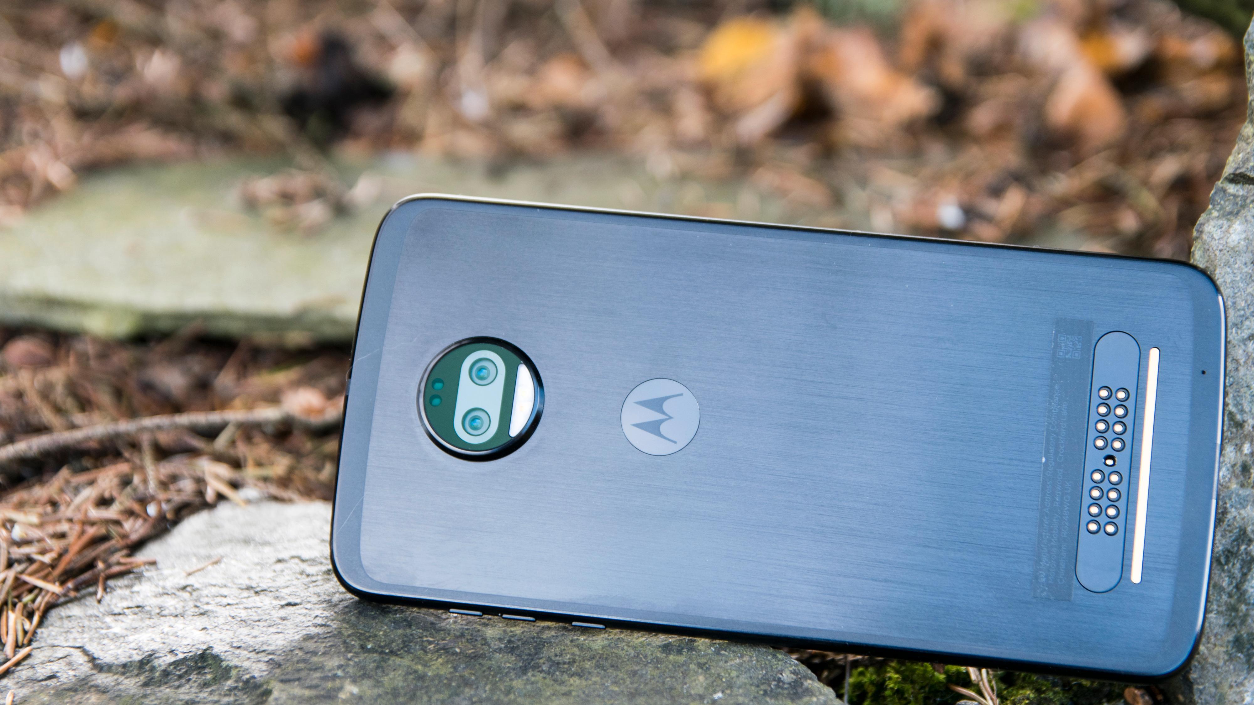 Baksiden av Moto Z-mobilene har en modulkontakt nederst og en rund kameraklump øverst som modulene festes magnetisk over. Bilde: Finn Jarle Kvalheim, Tek.no