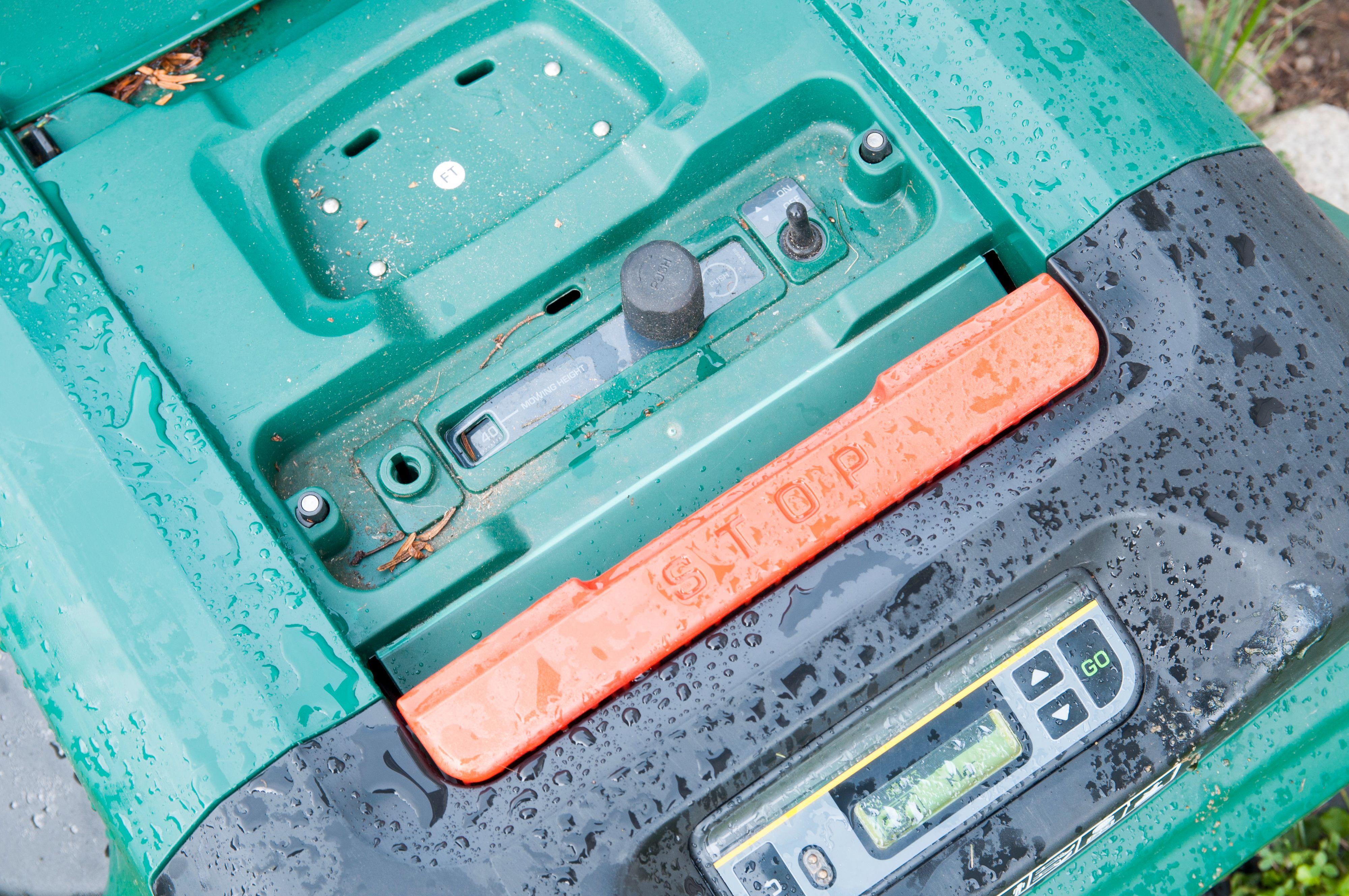 Under et panel på toppen har du av/på-bryter og høydejustering. Det store røde feltet er nødstoppknappen.Foto: Finn Jarle Kvalheim, Amobil.no