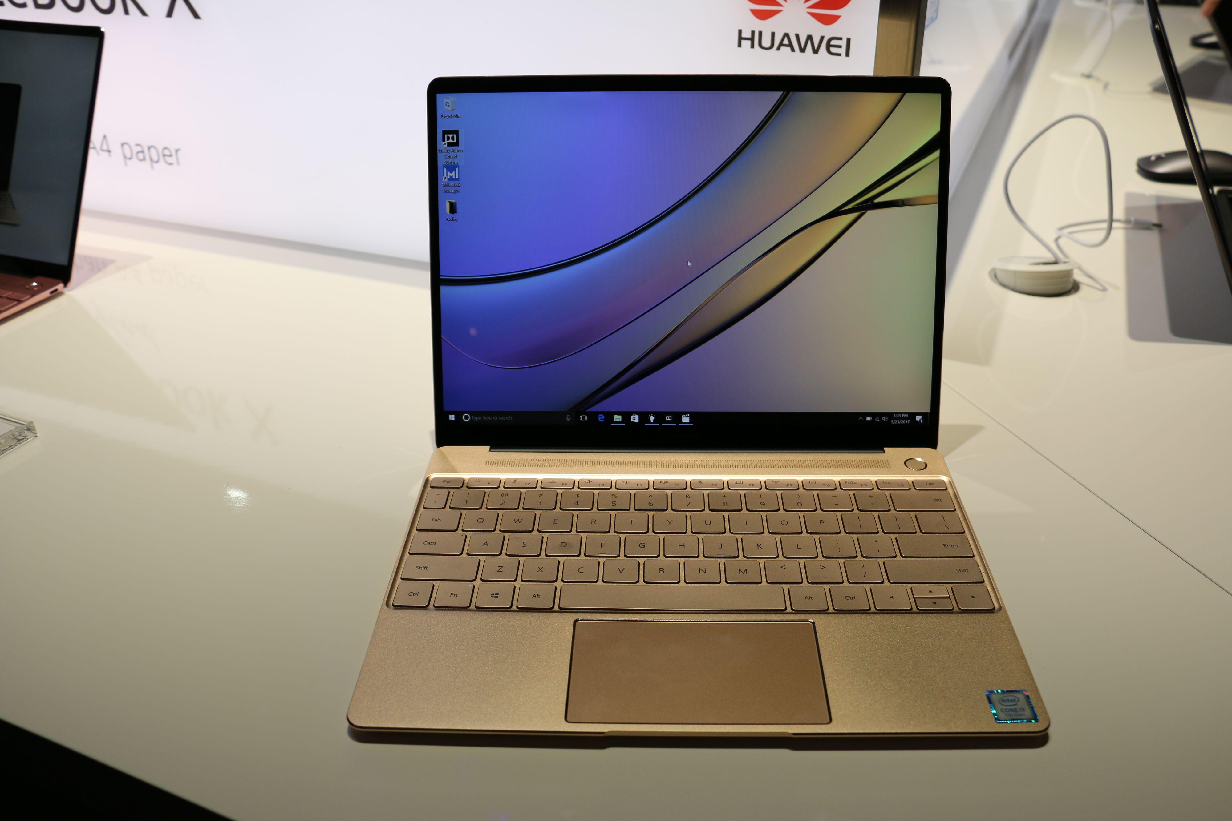 Den høyoppløste skjermen med tynne skjermrammer gir maskinen et ganske proft utseende.