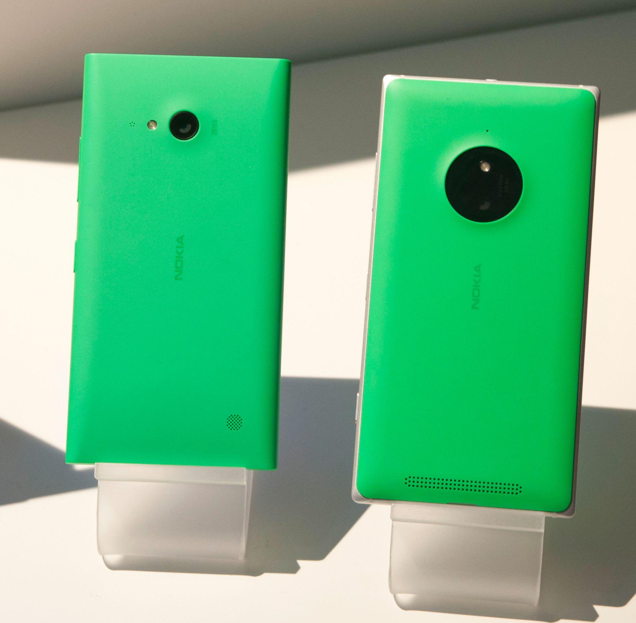 Lumia 730 til venstre, Lumia 830 til høyre.