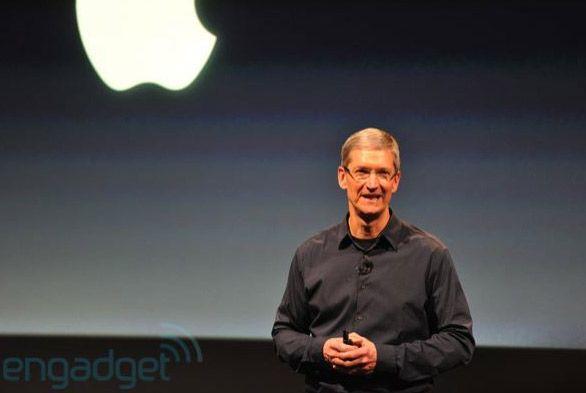 Tim Cooks står på scenen, for første gang uten Steve Jobs. (Bildet er hentet fra Engadget.)