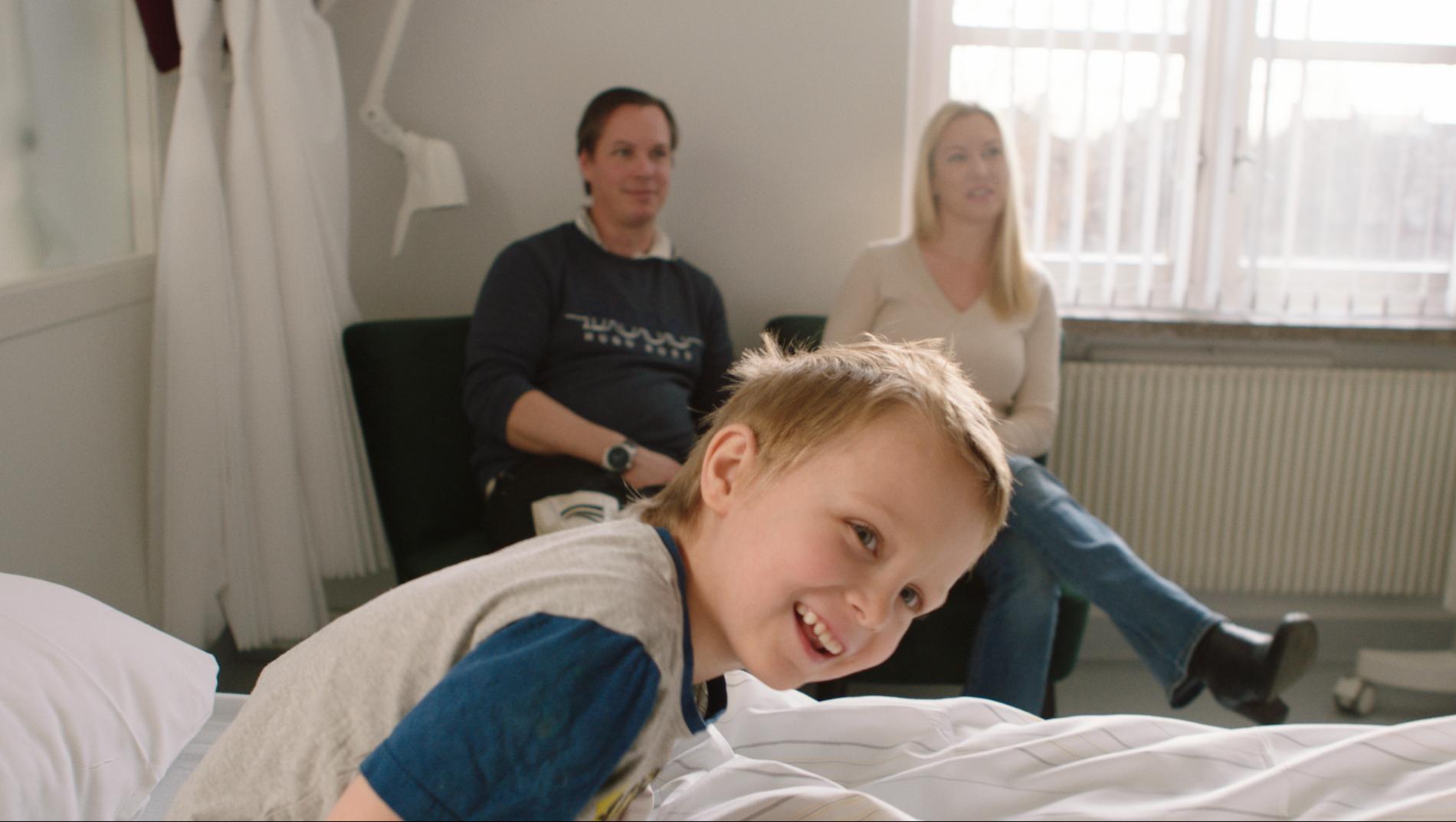 FORNØYDE FORELDRE: En viktig del av arbeidet til Sykehusklovnene er å sørge for at også foreldre og søsken blir godt ivaretatt. – De gjør at vi kan le og finne glede på tross av alt vi står i, sier Camilla og Christian Grøtness.