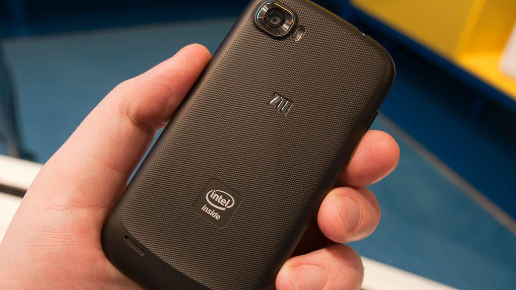 Intels kjennemerke er å finne på svært få mobiler. ZTEs Grand X In er en av få Intel-baserte telefoner som har funnet veien til Norge.Foto: Finn Jarle Kvalheim, Tek.no