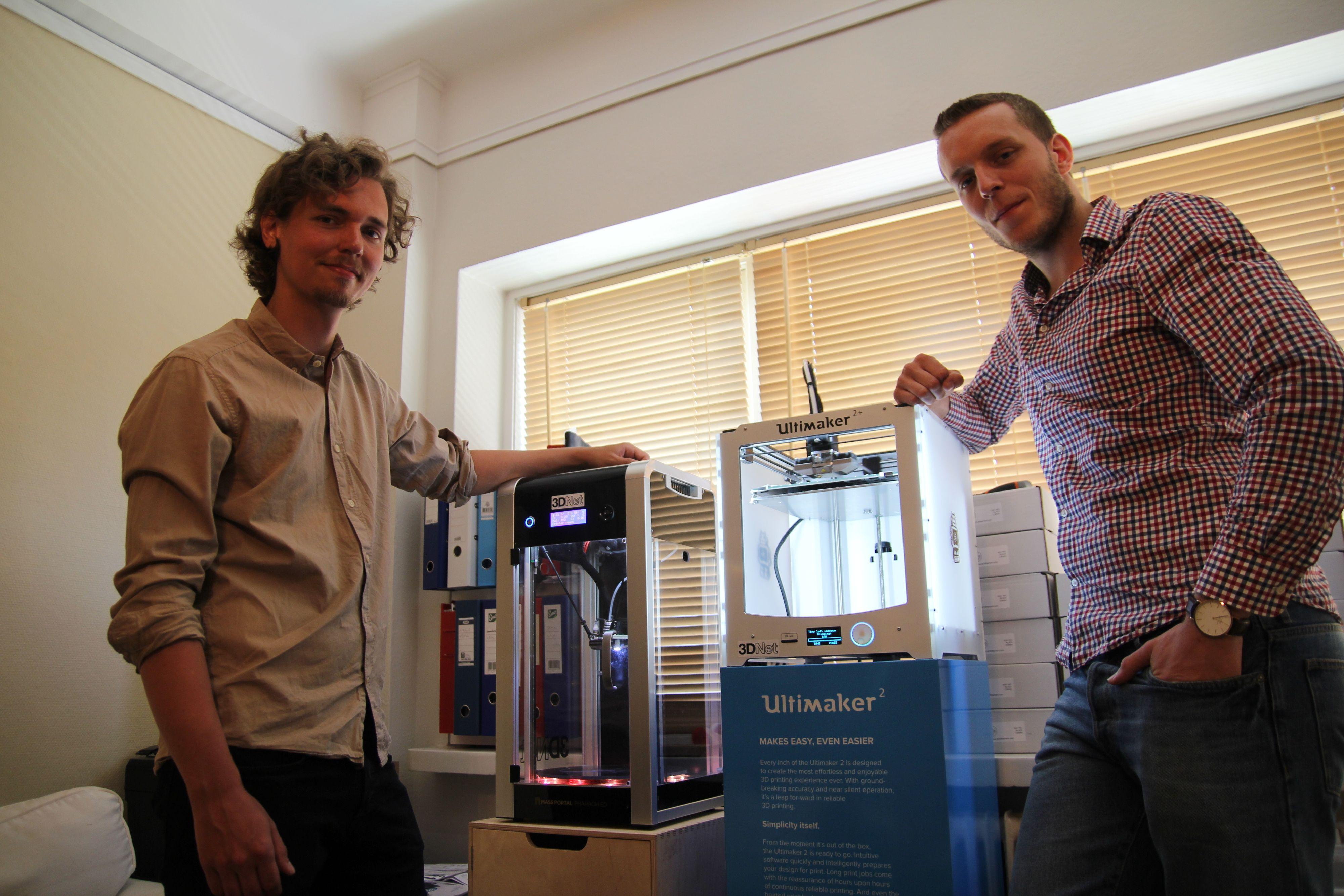 Toppmodeller: Martin Rygh (f.v) ved siden av en 3D-skriver til rundt 30.000 kroner. Den andre, en Ultimaker, koster rundt 10.000 kroner mindre, men skal visstnok være noe av det hvasseste 3D-gutta har vært borti.