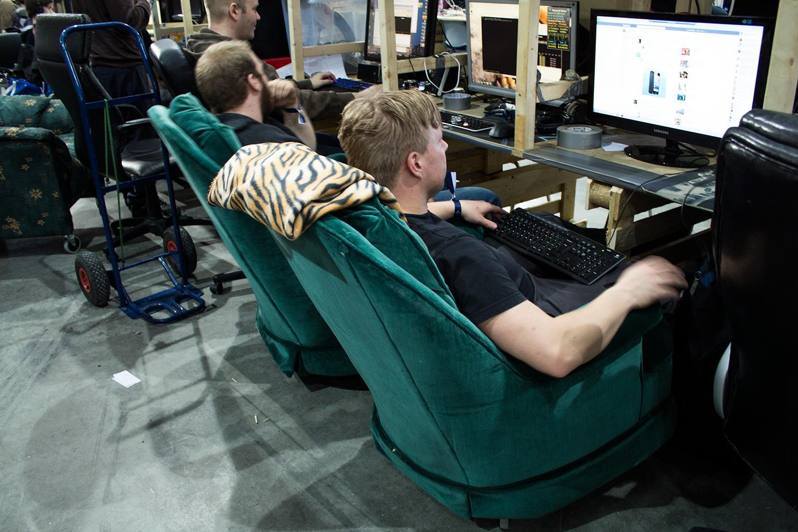 Det var mange som ikke lot seg friste av pinnestoler, og heller sørget for medbrakt komfort.Foto: Varg Aamo, hardware.no