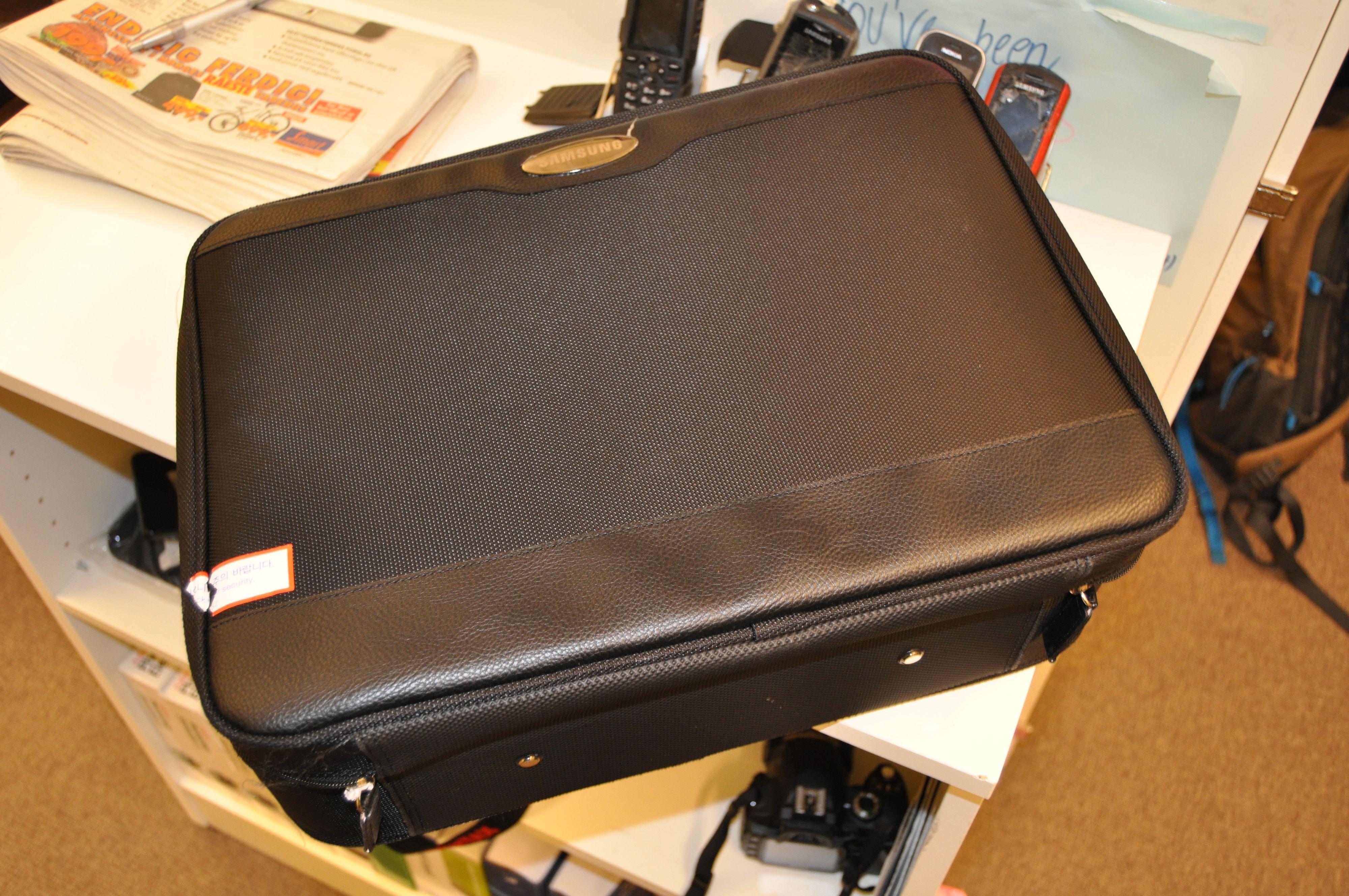 En mystisk sort koffert har dukket opp i redaksjonen.
