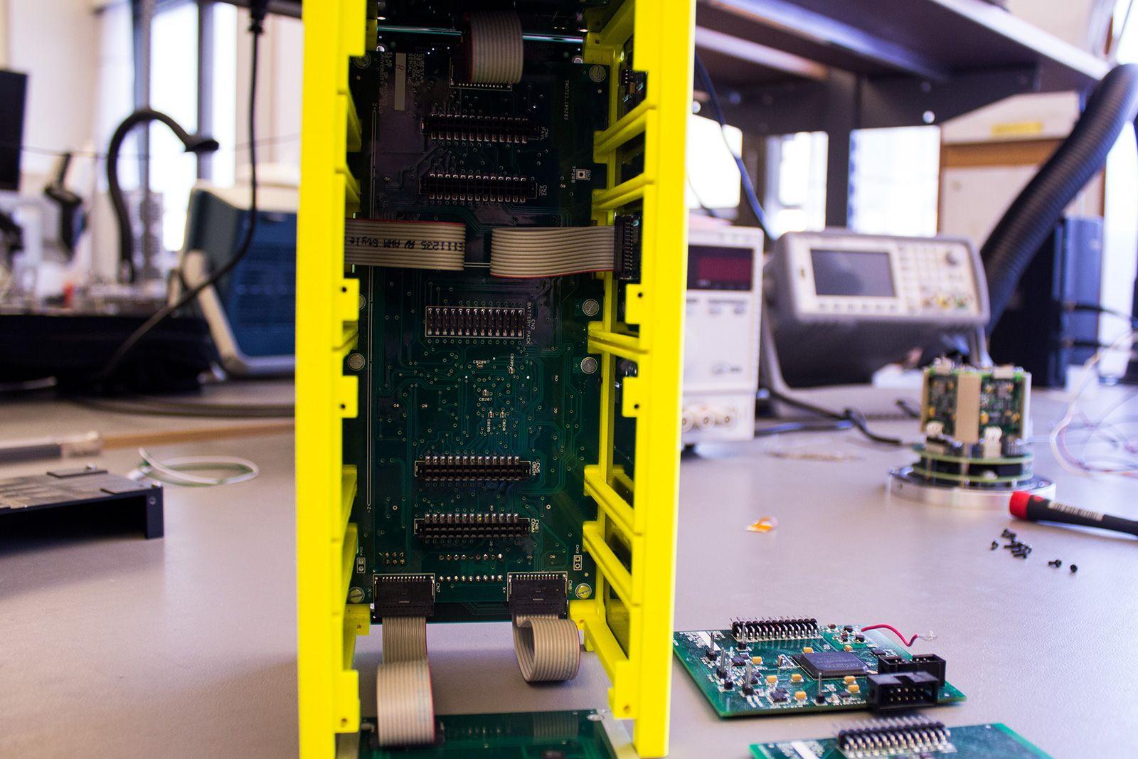 Komponentene testes i en 3D-printet ramme.Foto: Varg Aamo, hardware.no