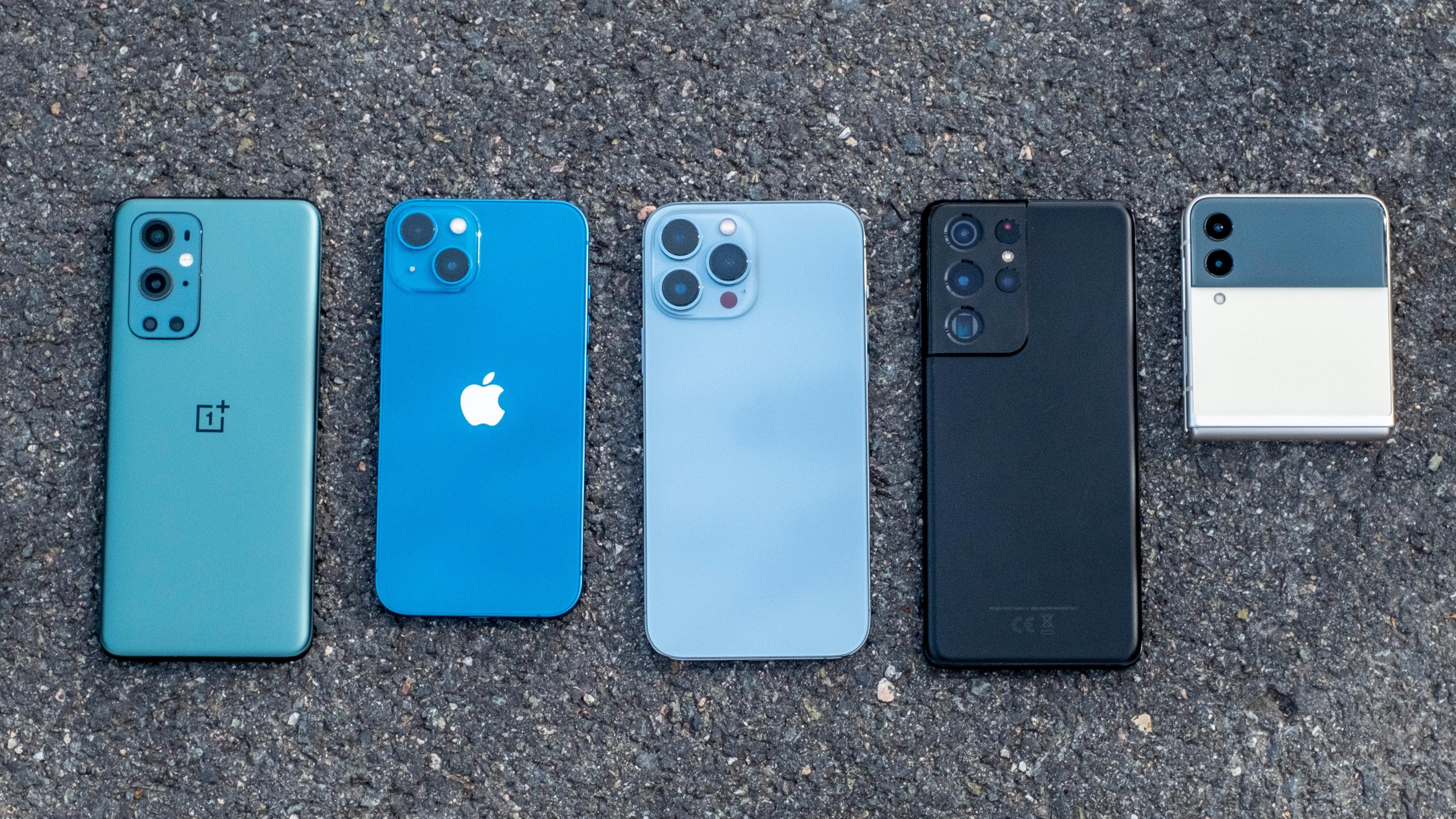 Fra venstre; OnePlus 9 Pro, iPhone 13, iPhone 13 Pro Max, Samsung Galaxy S21 Ultra og Samsung Galaxy Z Flip 3.