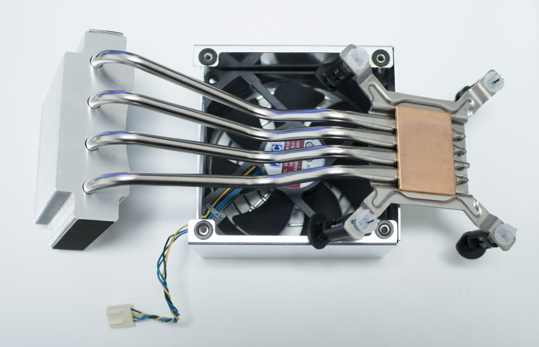 Prosessorens kjøleløsning lagt på toppen av vifta. Denne ligger i et beskyttende «hus» som også har plass til kjøleribba.