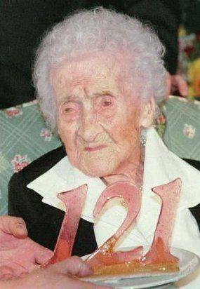 Jeanne Calment på sin 121. bursdagsfeiring. Foto: Wiki Commons