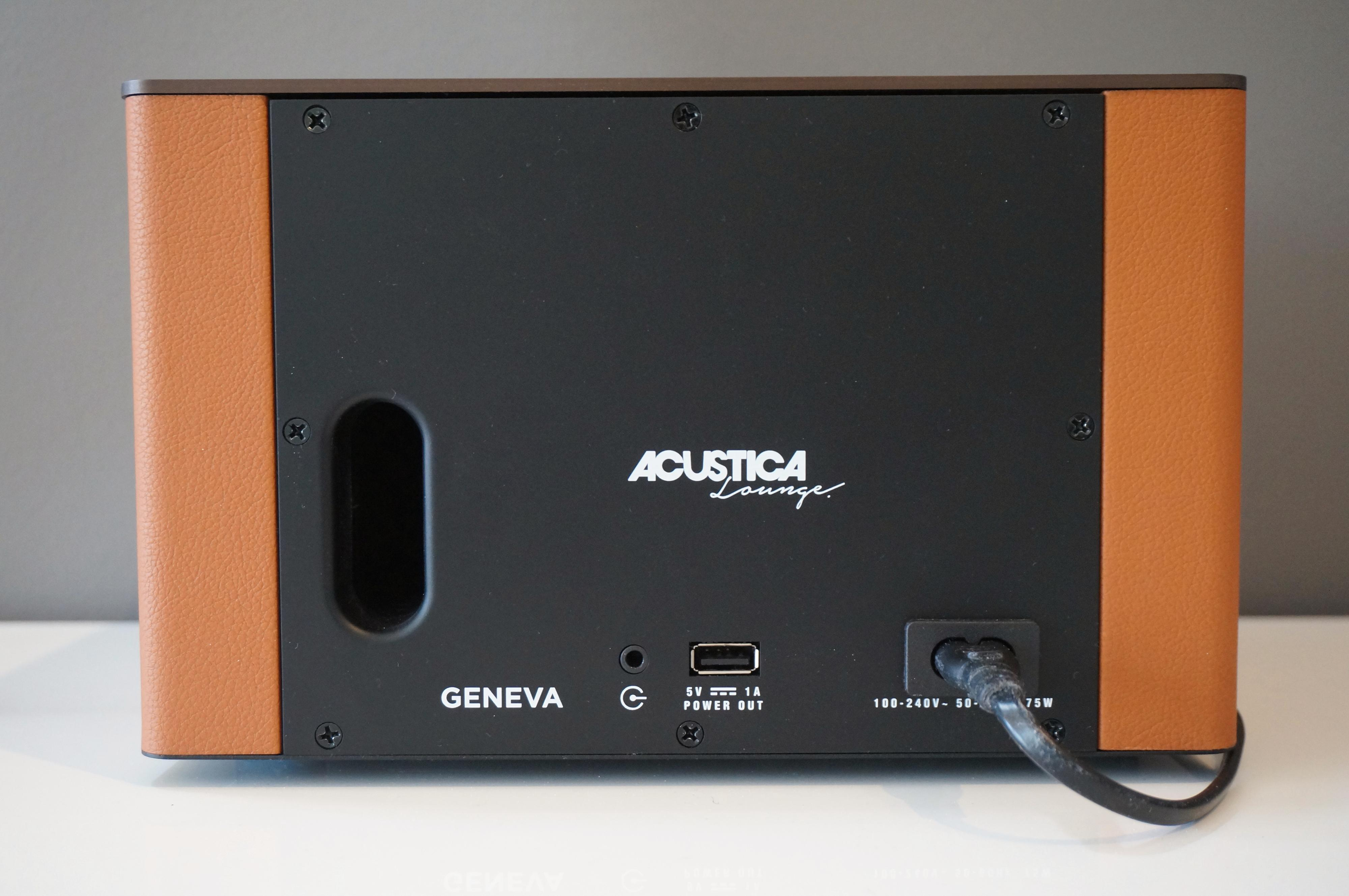 """USB-port pluss minijackinngang betyr """"Chromecast Ready"""" på Geneva-språk. Legg også merke til bassporten."""