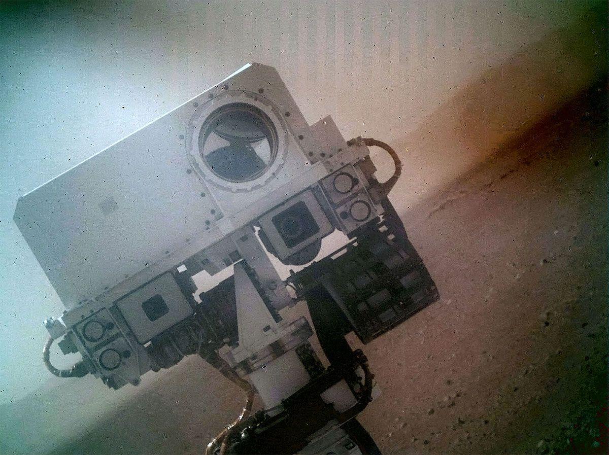 MYE OPPMERKSOMHET: Dette selvportrettet ga Curiosity mye oppmerksomhet på nett i begynnelsen av september. Det store «øyet» er kjøretøyets laser.Foto: JPL-Caltech (NASA)