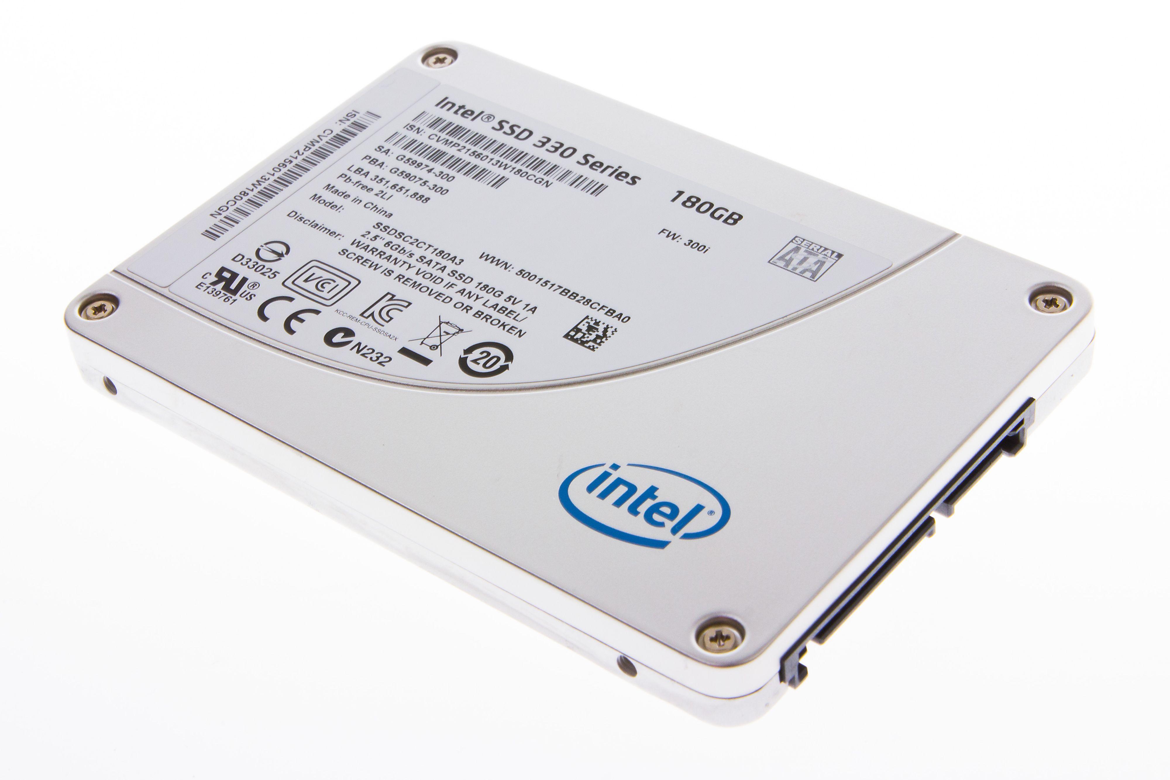 Intel 330 Series SSD 180 GB utenpå.Foto: Jørgen Elton Nilsen, Hardware.no