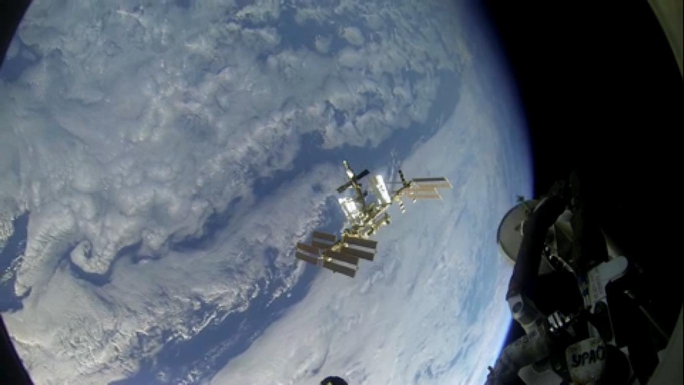 Her dokker astronautene med romstasjonen ISS i 27000 kilometer i timen